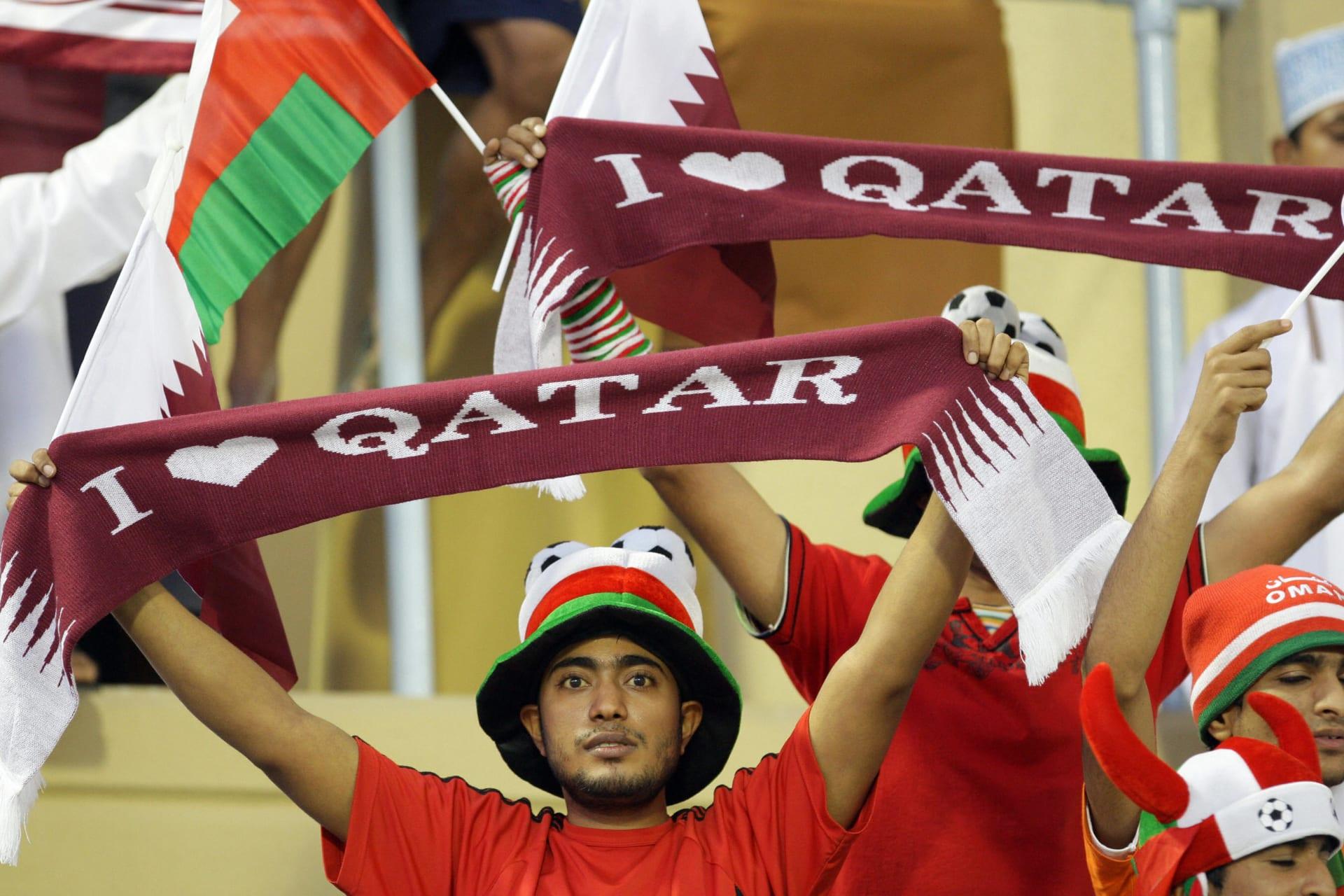 صورة أرشيفية لمشجع عُماني يشجع قطر