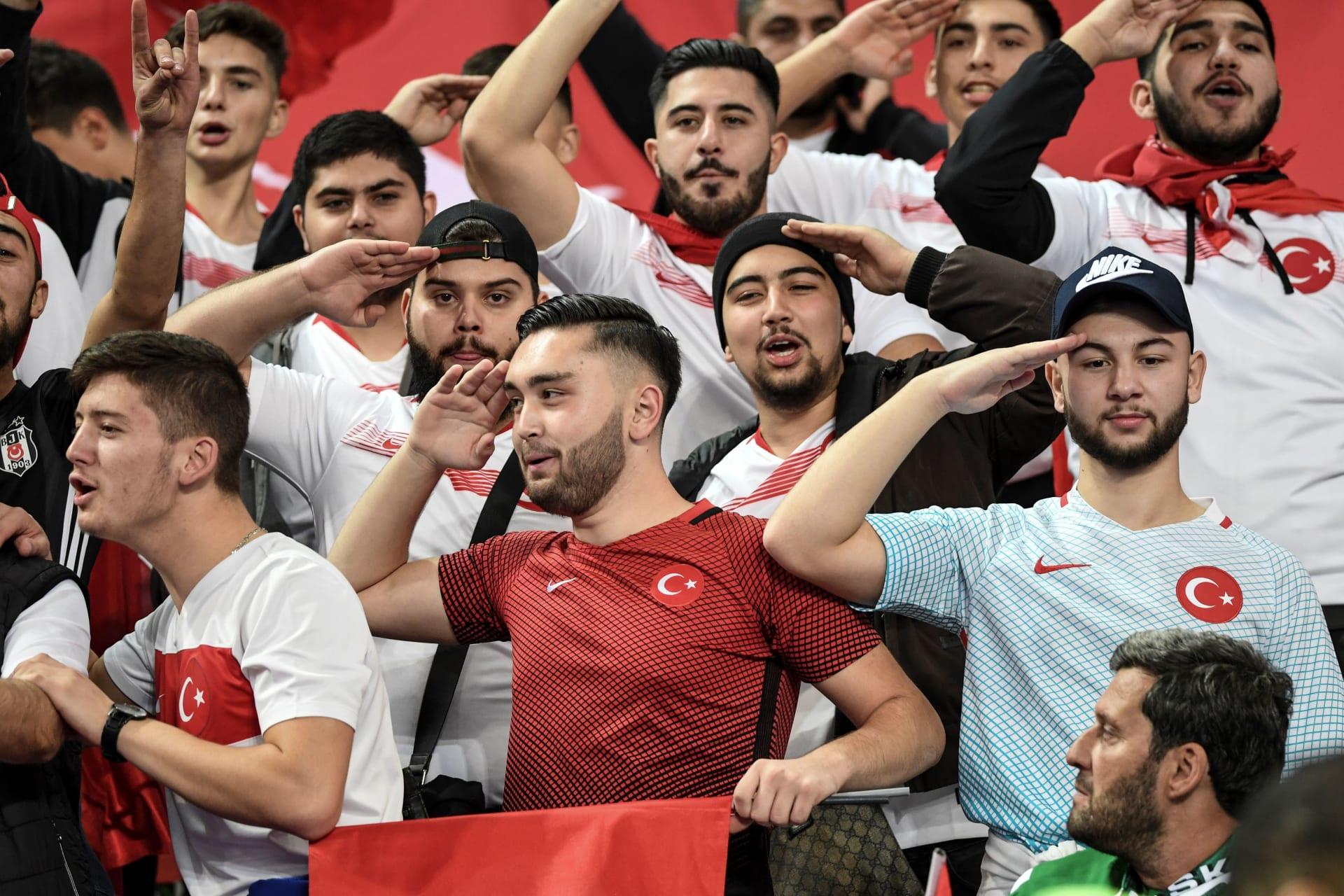 صورة للجماهير التركية وهي تؤدي التحية العسكرية