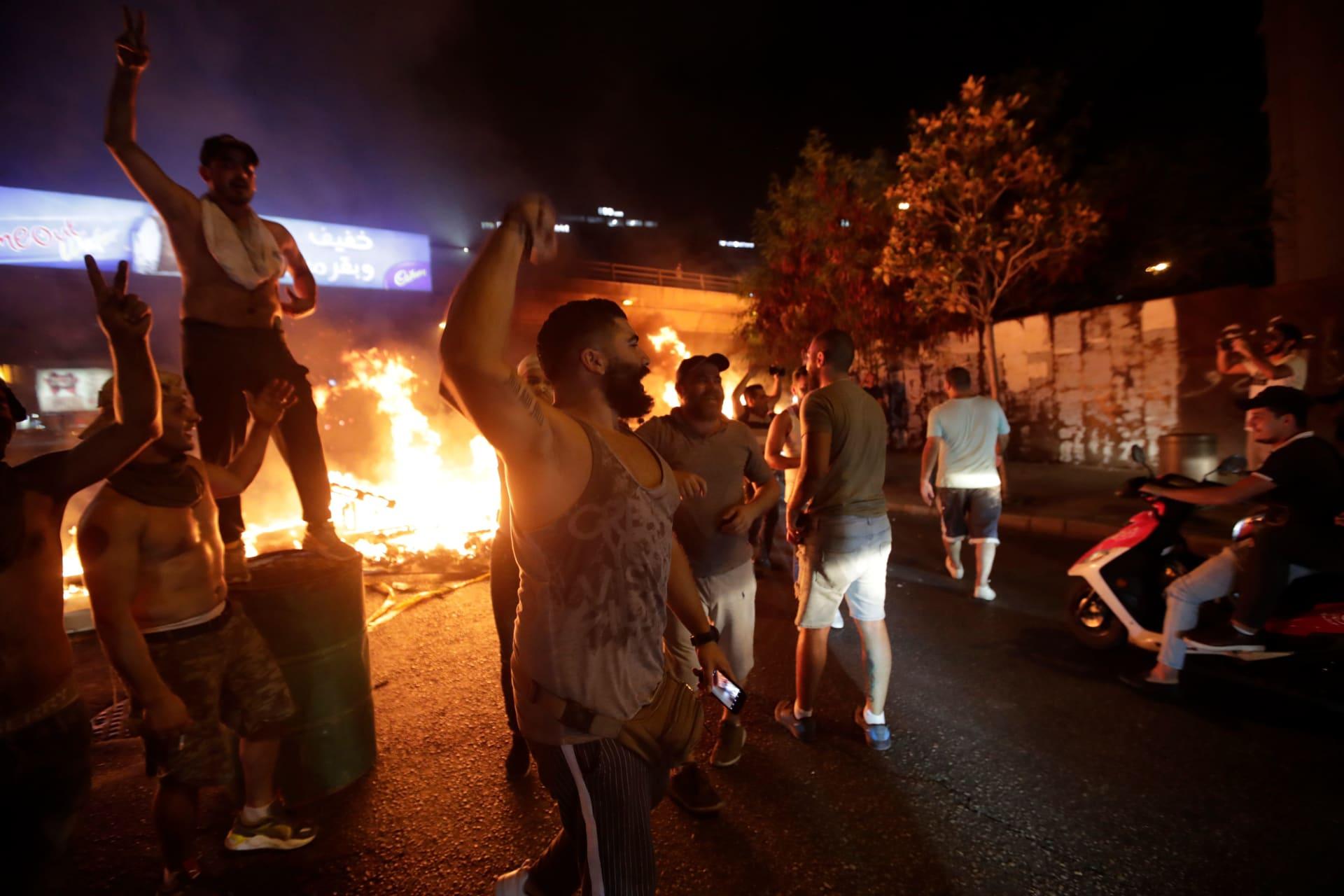 """لبنان: احتجاجات تطالب بـ""""إسقاط النظام"""".. وجنبلاط: اقترحت على الحريري الاستقالة معا"""