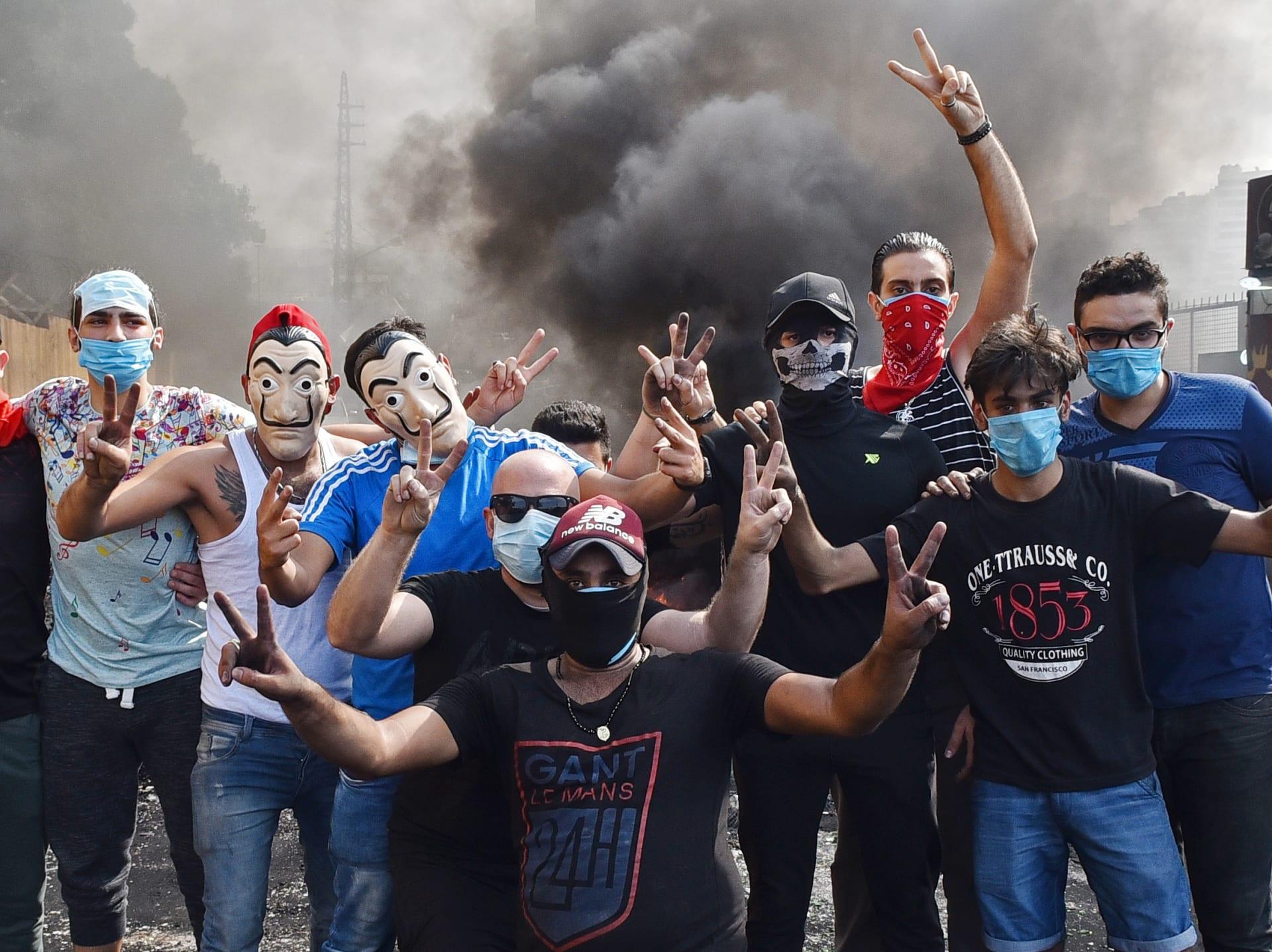 """""""لبنان ينتفض"""".. تداول واسع لمقاطع وصور من احتجاجات لبنان"""