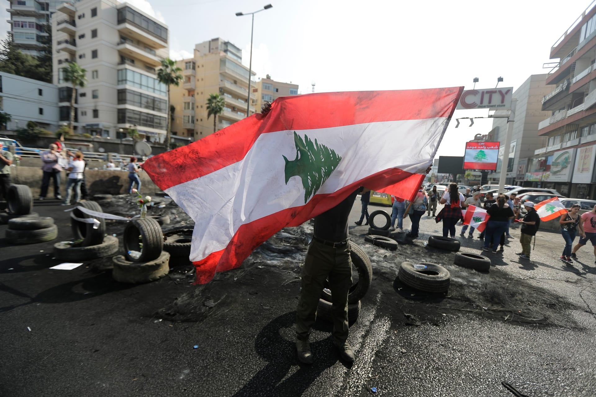 متظاهر لبناني يستفز مشجعي برشلونة ويثير تفاعلا على تويتر