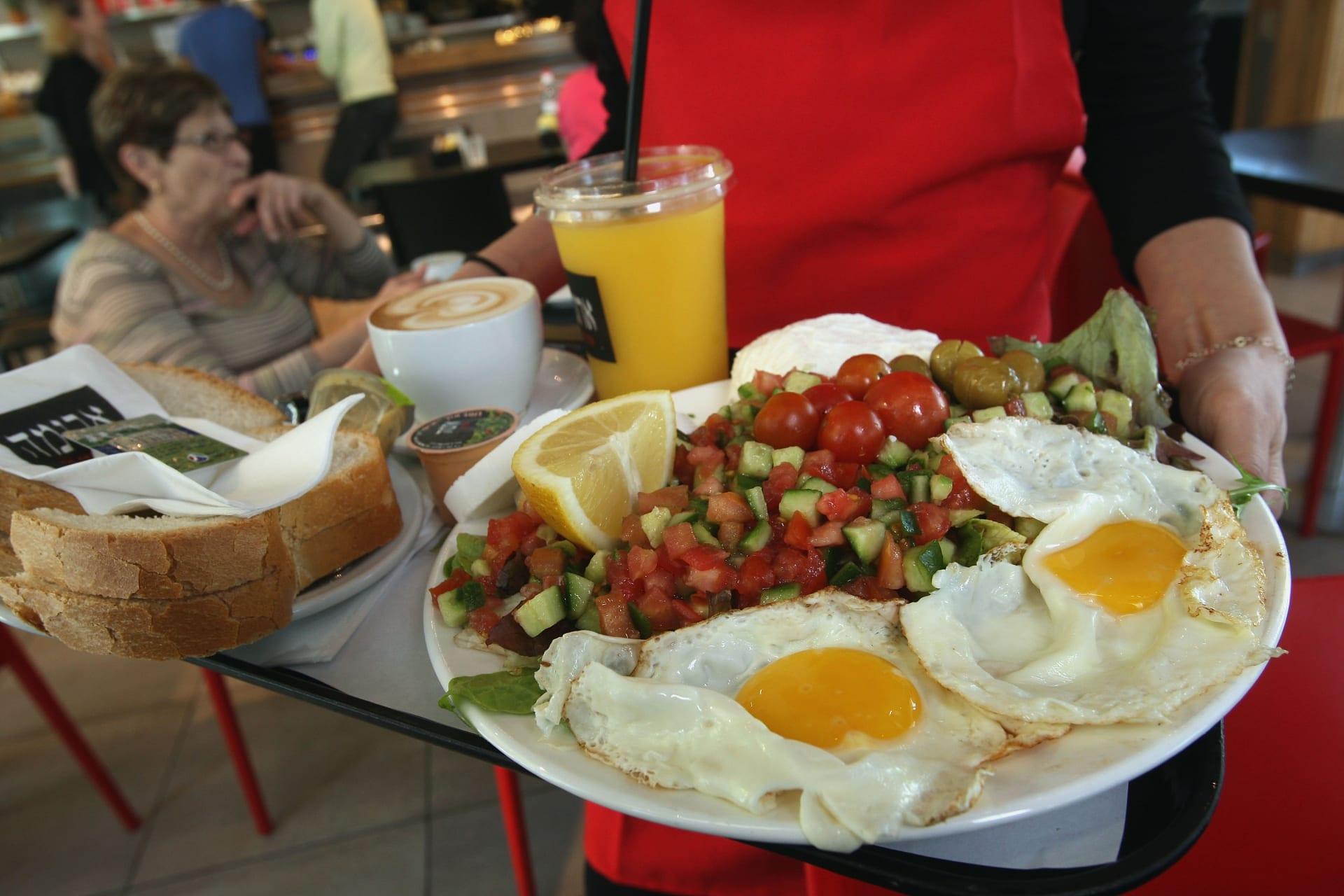 هل تحاول إنقاص وزنك؟ اكتشف ما هو أفضل لك: وجبات الطعام في الصباح أم في المساء