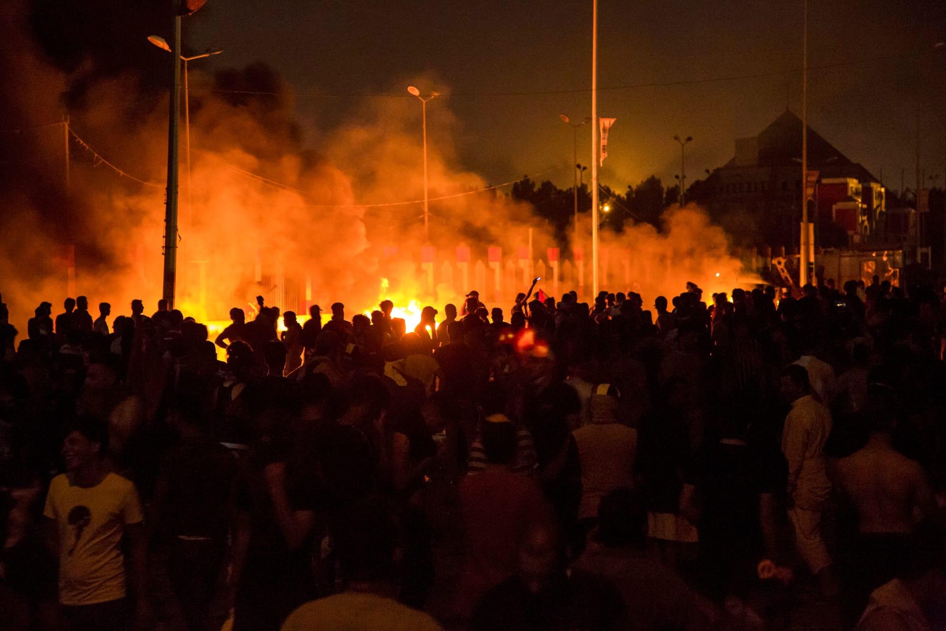 فيديو لسيارة تابعة لقوات الأمن تدهس المتظاهرين في البصرة