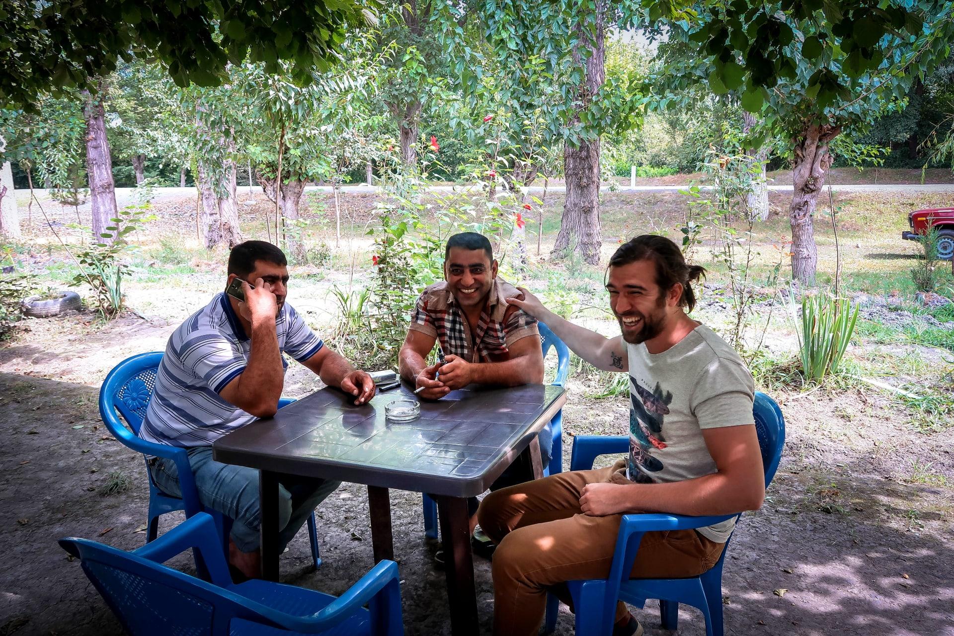 ضيافة خيالية.. ما الذي فاجأ هذا الثنائي عند جلوسهما على مقعد لوحدهما بأذربيجان؟