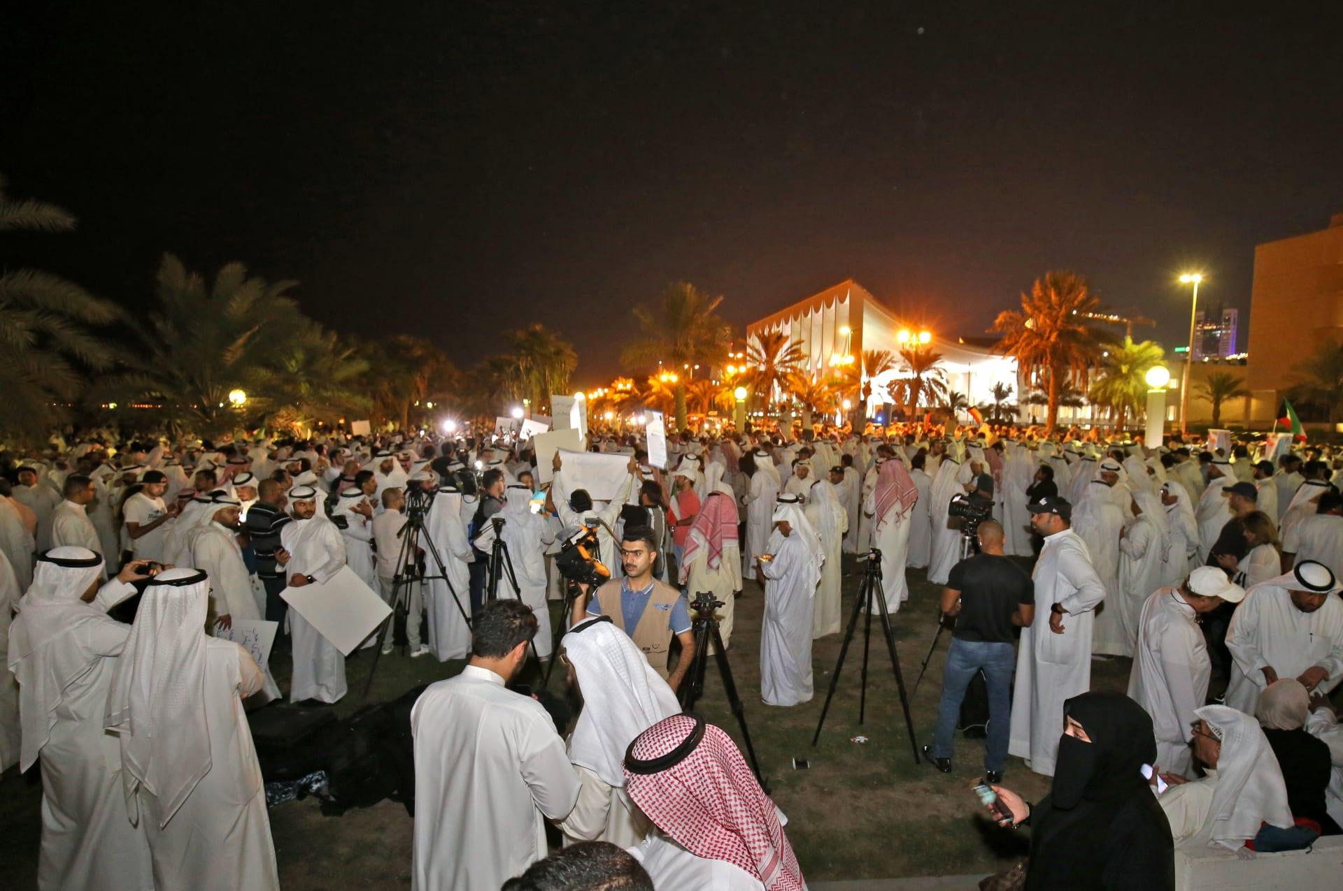 """بالصور.. """"بس مصخت"""" في الكويت ضد الفساد بدعوة من نائب سابق"""