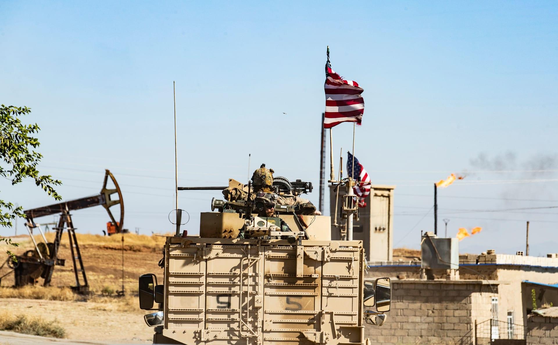 مدرعة أمريكية قرب أحد حقول النفط في الرميلان شمال شرق سوريا