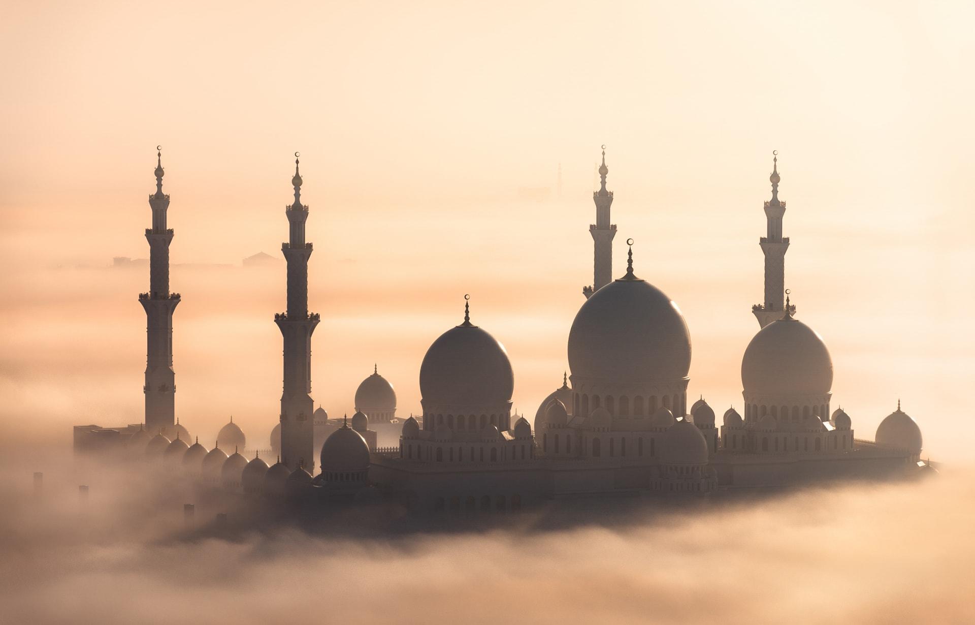 """مشهد """"نادر"""" التقطه إماراتي يبين أبوظبي تحت غطاء كثيف من الضباب"""