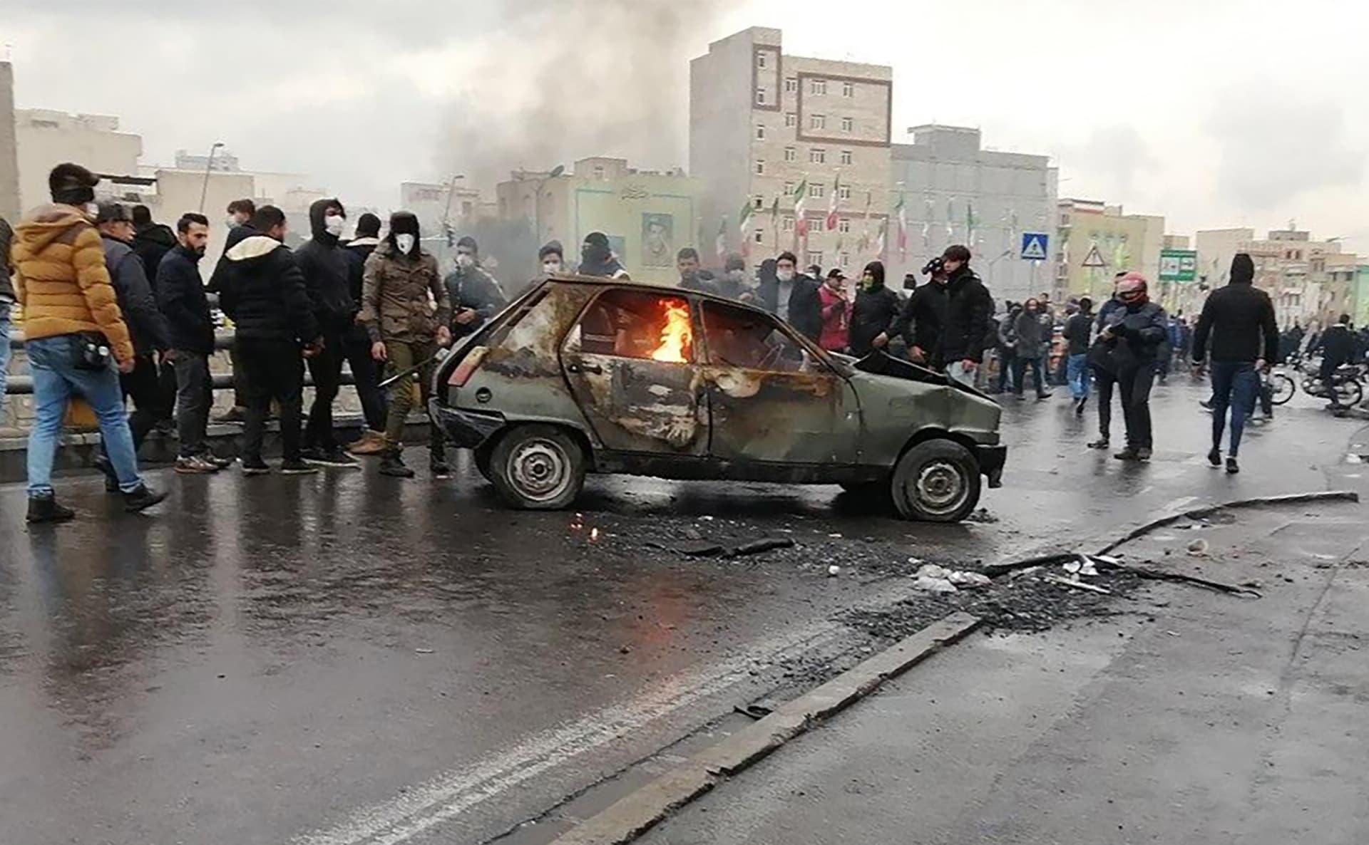 جانب من الاحتجاجات في طهران ضد رفع أسعار الوقود