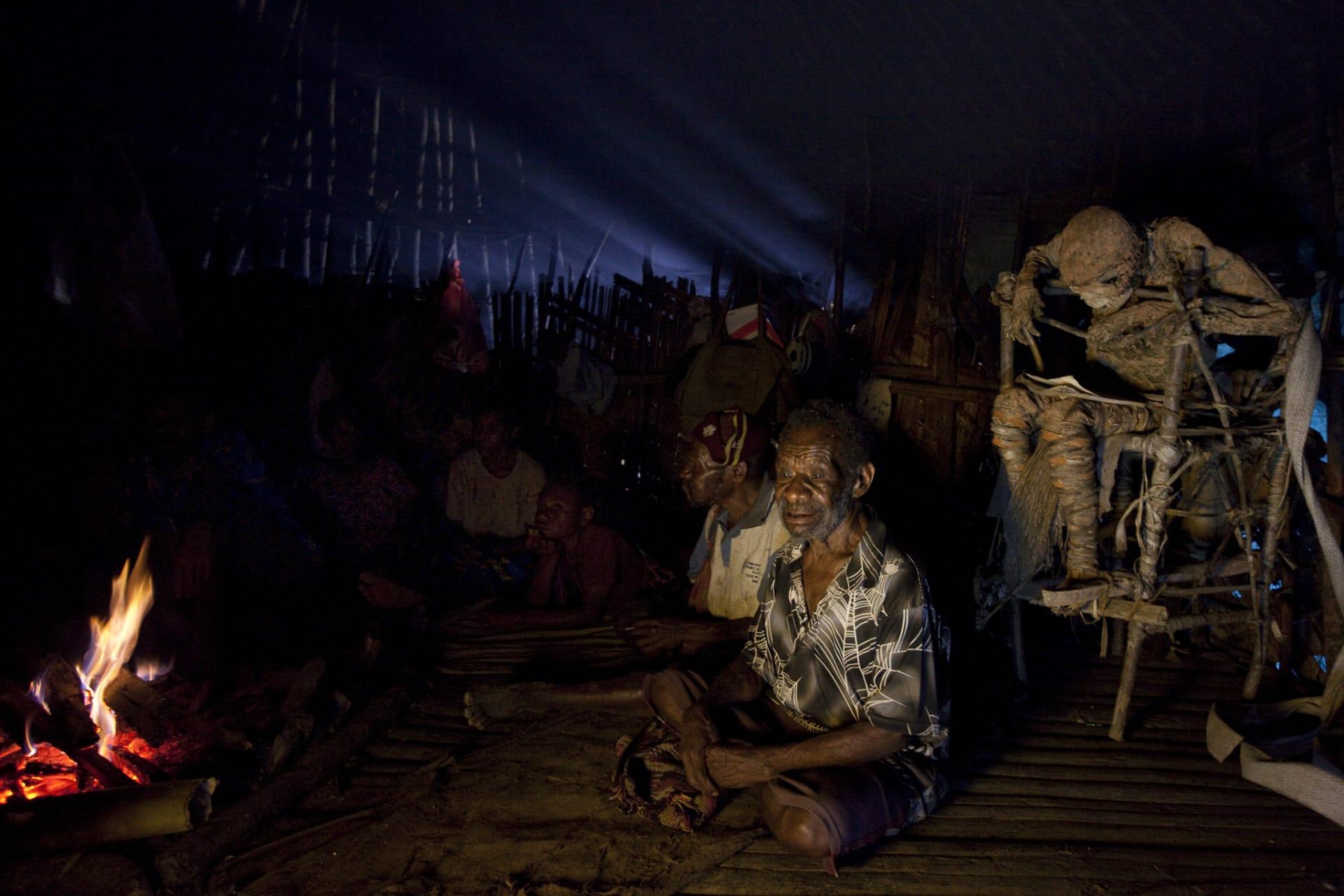 جثث تحرس القرية وعدسة كاميرا تلتقط عملية تحنيط في القرن الـ21