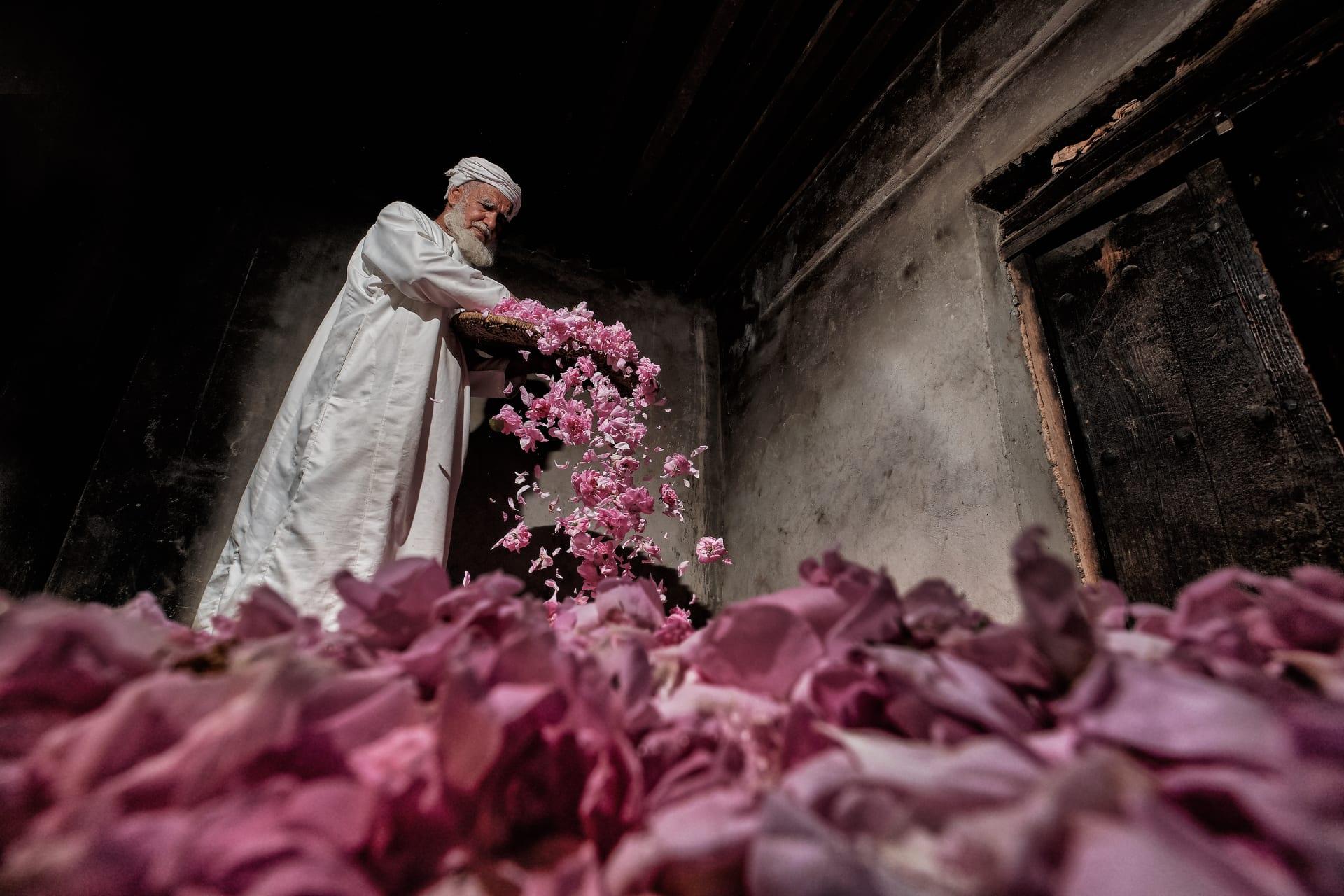 على الطريقة اليدوية.. خذ جولة بين مصانع الورد العماني لاكتشاف أسرار تصنيعه