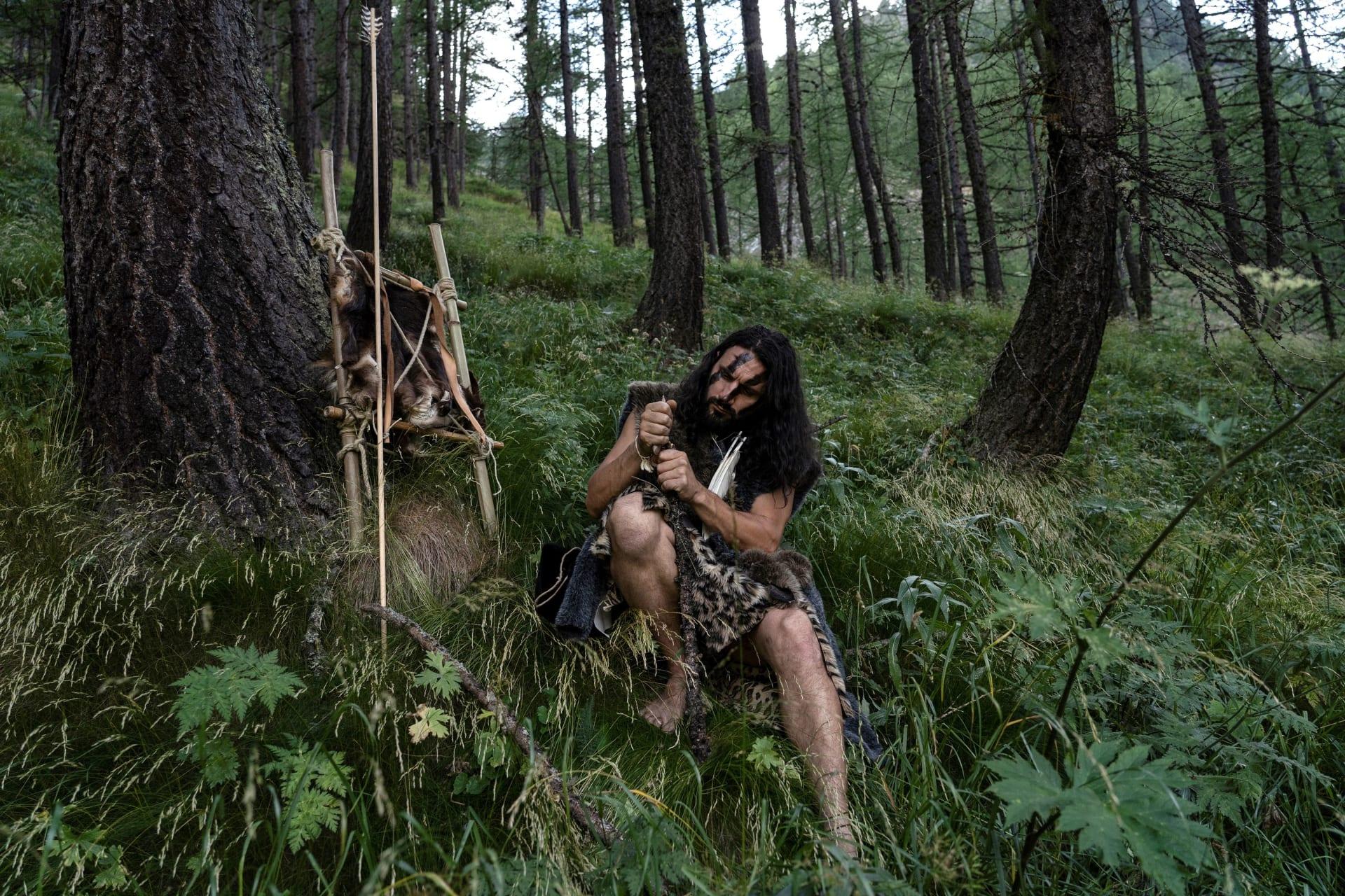 رجل يرتدي زي البشر البدائيين في جبال الألب الإيطالية، بالقرب من الحدود الفرنسية