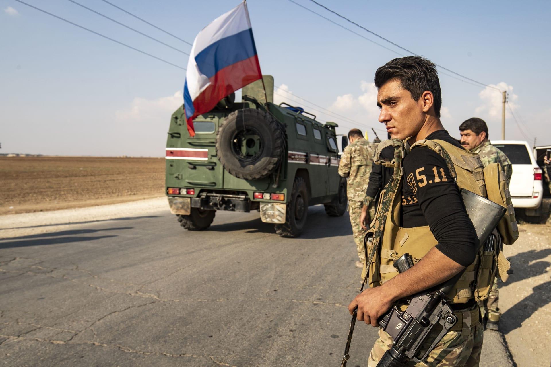 مقاتلون من قوات سوريا الديمقراطية يستعدون للانسحاب من مناطق شرق الفرات في شمال سوريا
