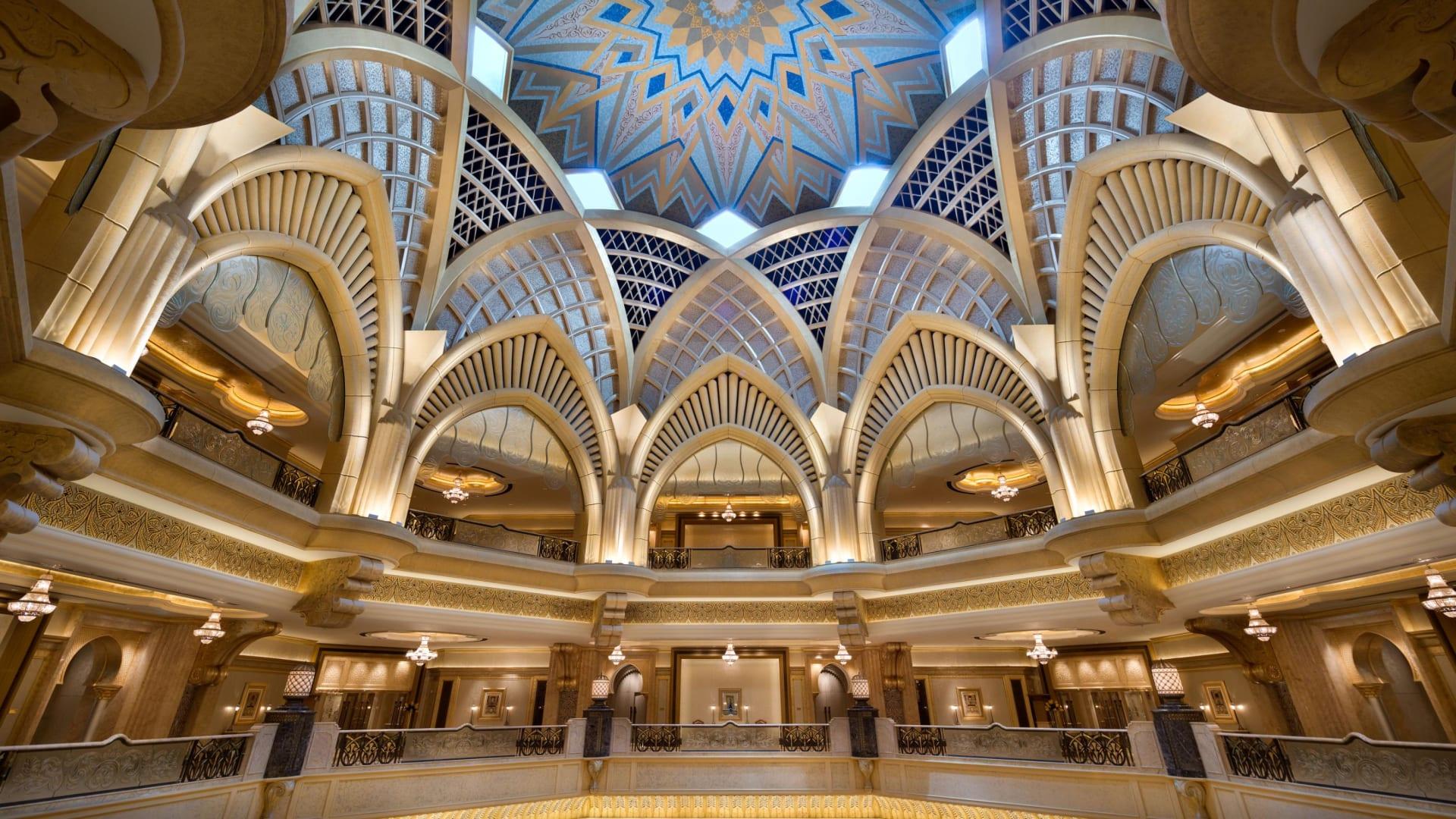 من الرجل وراء عملية صيانة سقف قصر الإمارات المغطى بالذهب؟