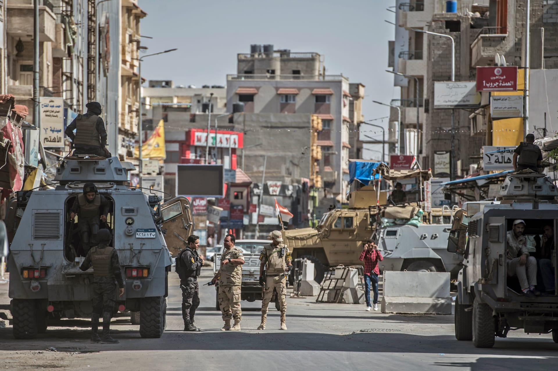 قوات الشرطة والجيش المصريين في إحدى الارتكازات الأمنية في شمال سيناء