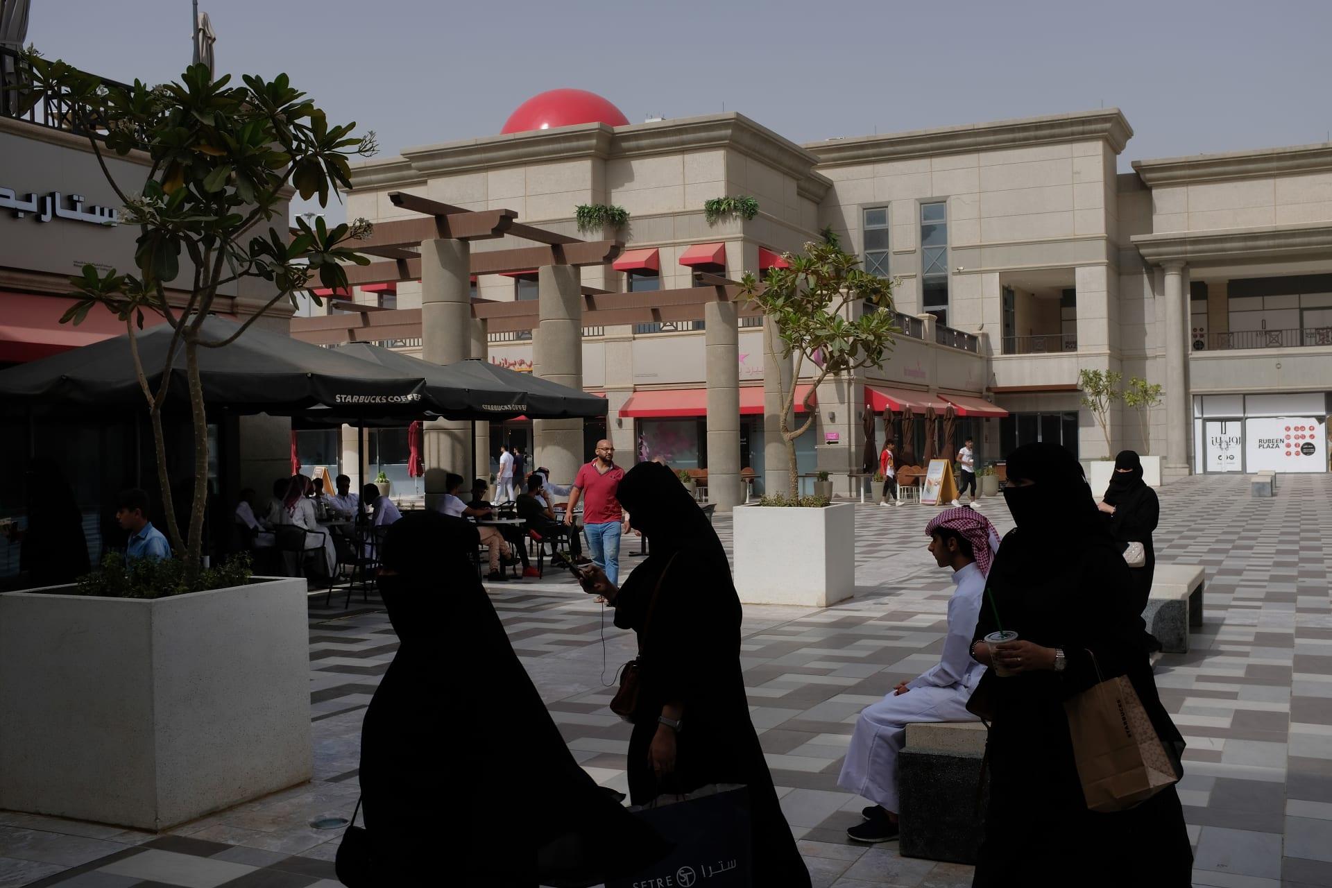 السعودية تلغي تخصيص أبواب منفصلة للرجال والنساء في المطاعم