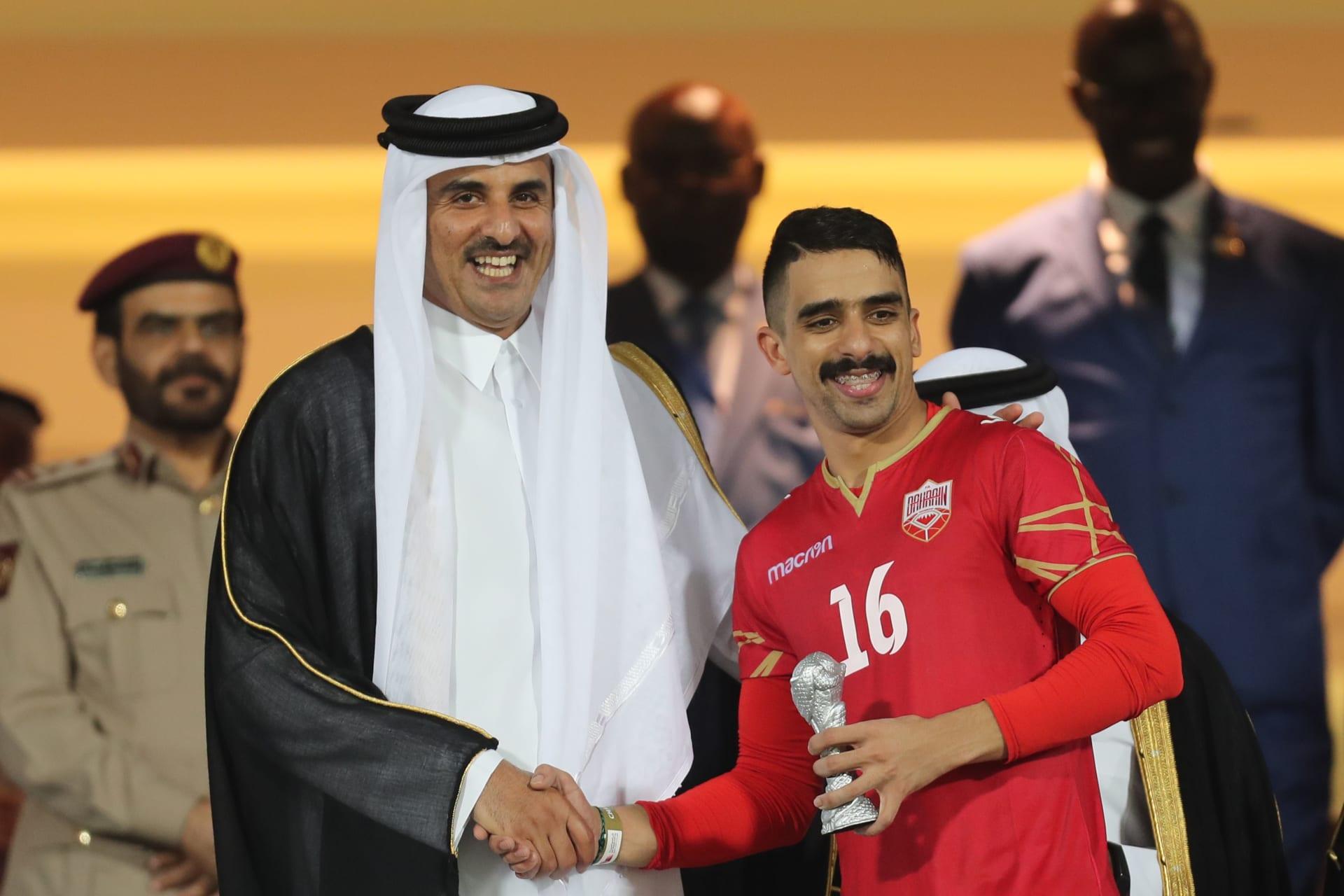 صورة لأمير قطر مع لاعب البحرين