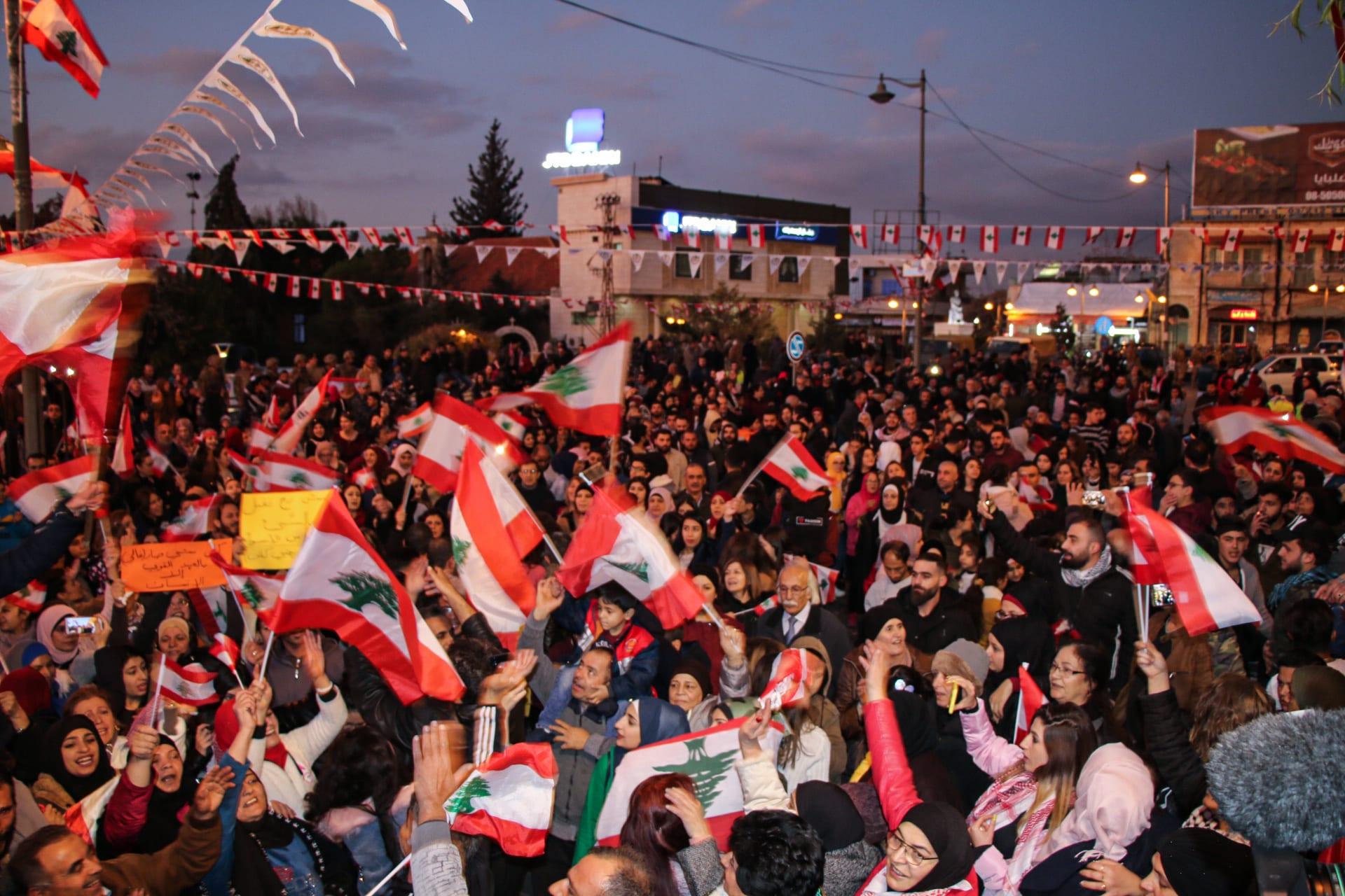 متظاهرون لبنانيون مناهضون للحكومة يستمعون لمارسيل خليفة خلال تجمع في ميدان خليل مطران في بعلبك