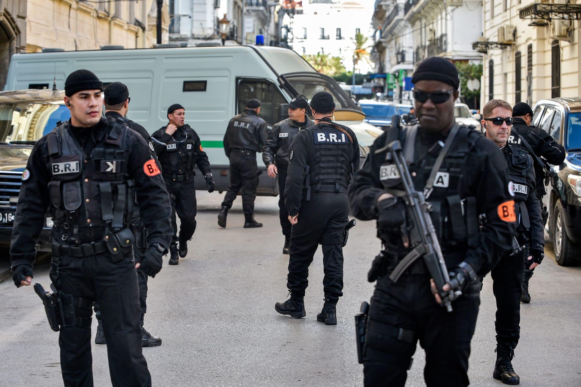 قوات الأمن الجزائرية في إحدى جلسات محاكمة عدد من رموز نظام الرئيس السابق عبد العزيز بوتفليقة