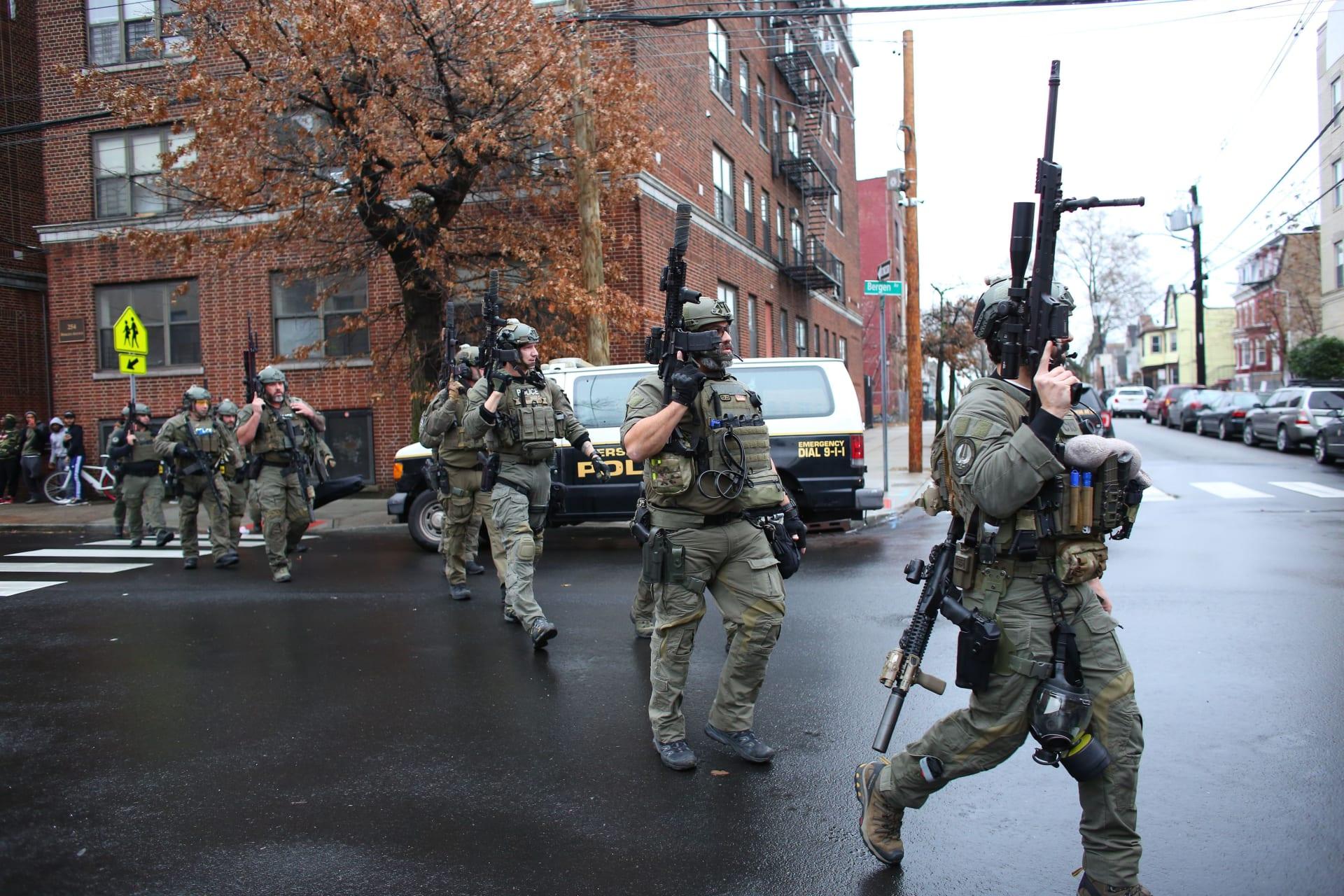 عناصر الشرطة في ولاية نيوجيرسي خلال تبادل إطلاق النار مع مسلحين اثنين