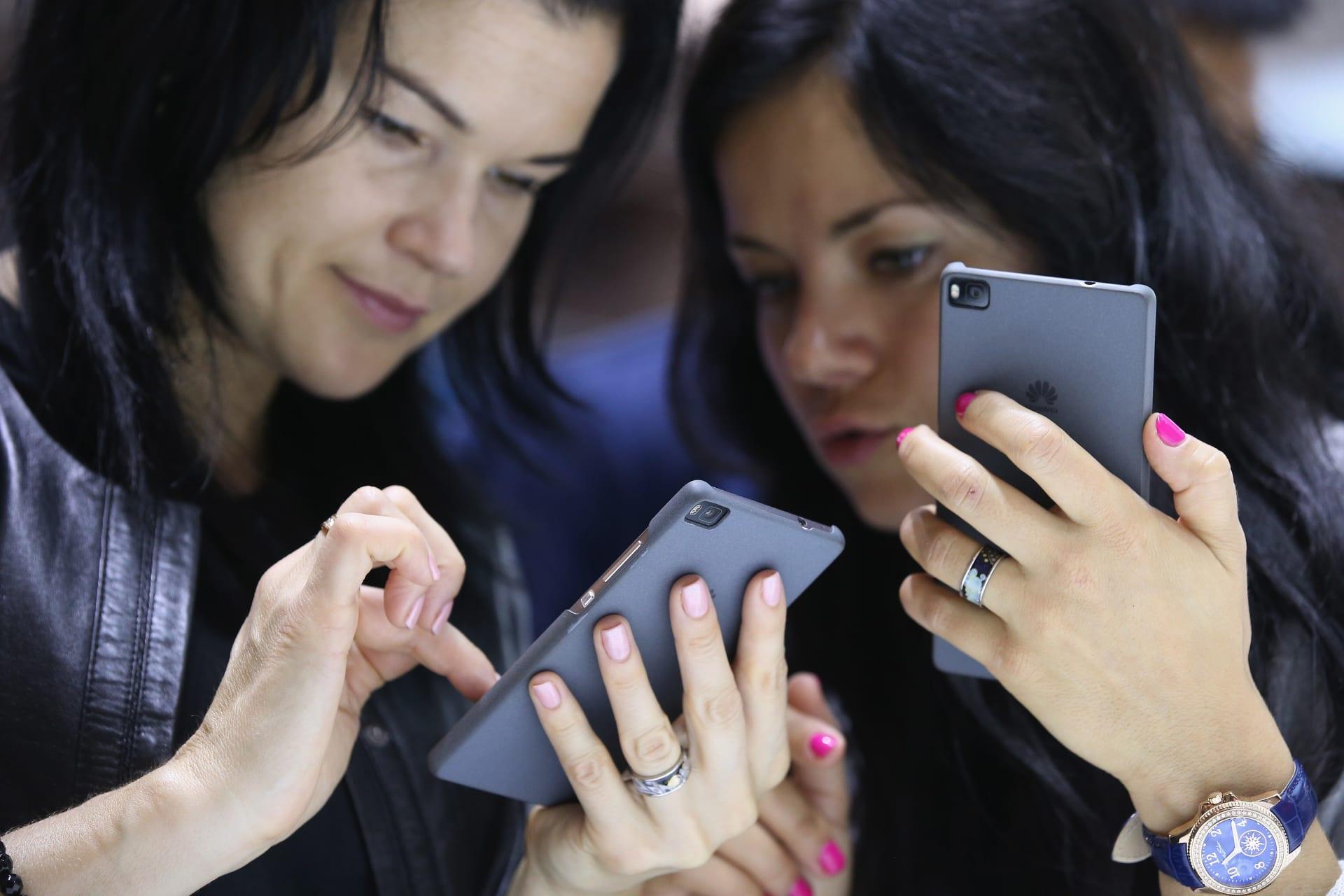 دراسة جديدة تحذر من خطر الإصابات المتعلقة باستخدام الهواتف المحمولة خاصة بين الشباب