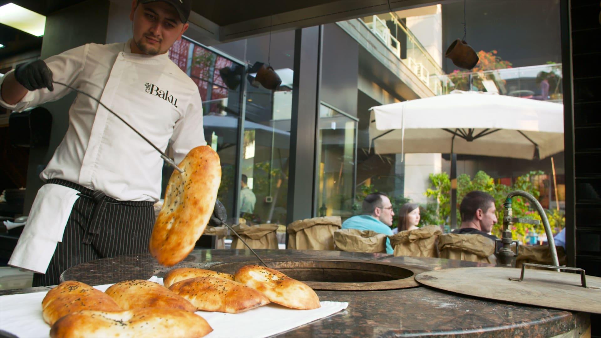 من الفرن إلى مائدتك مباشرة.. وراء كواليس تحضير خبز التنور الأشهر بأذربيجان