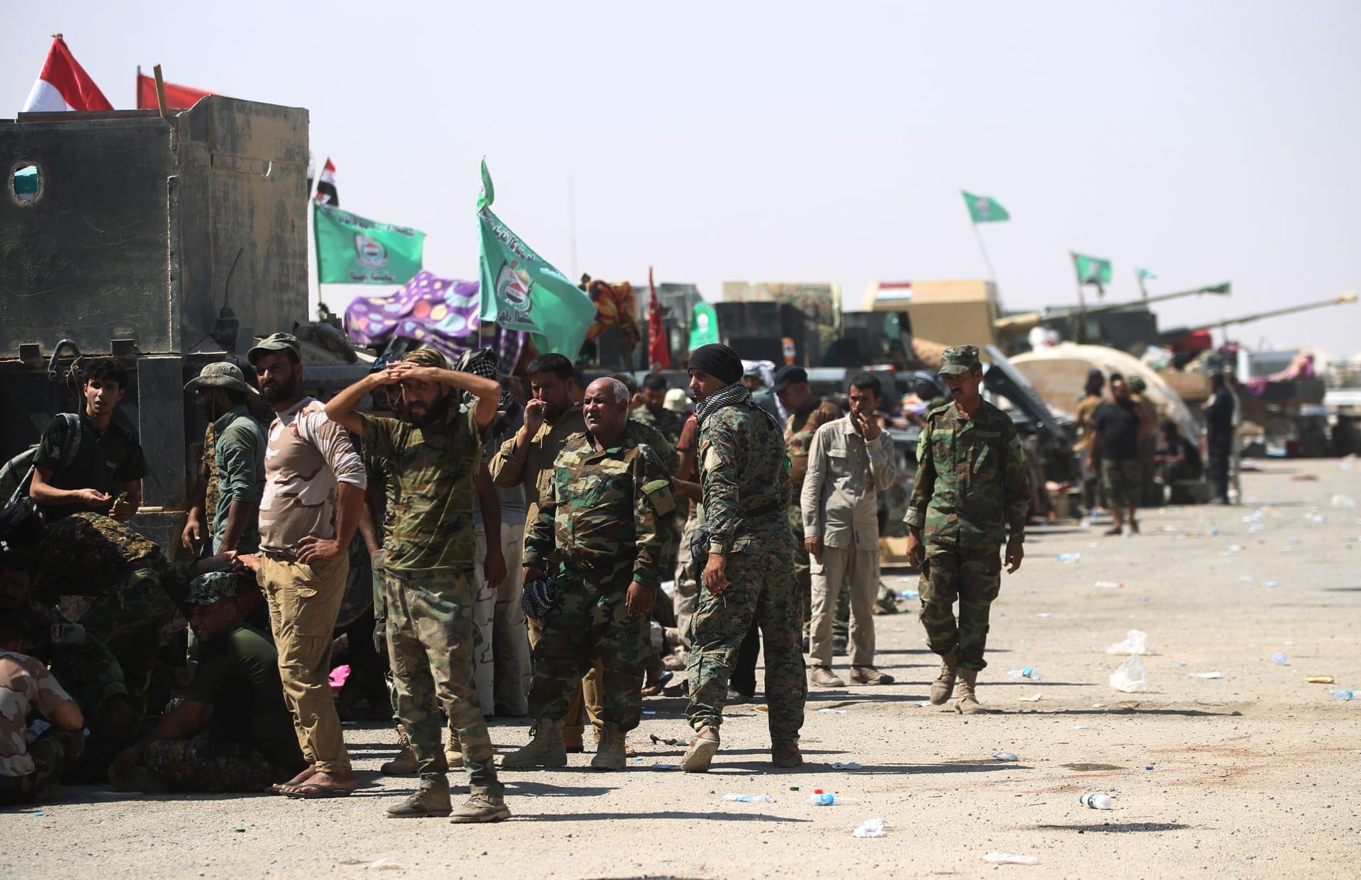 مجموعات من مقاتلي الحشد الشعبي في أحد المواقع العسكرية بالعراق