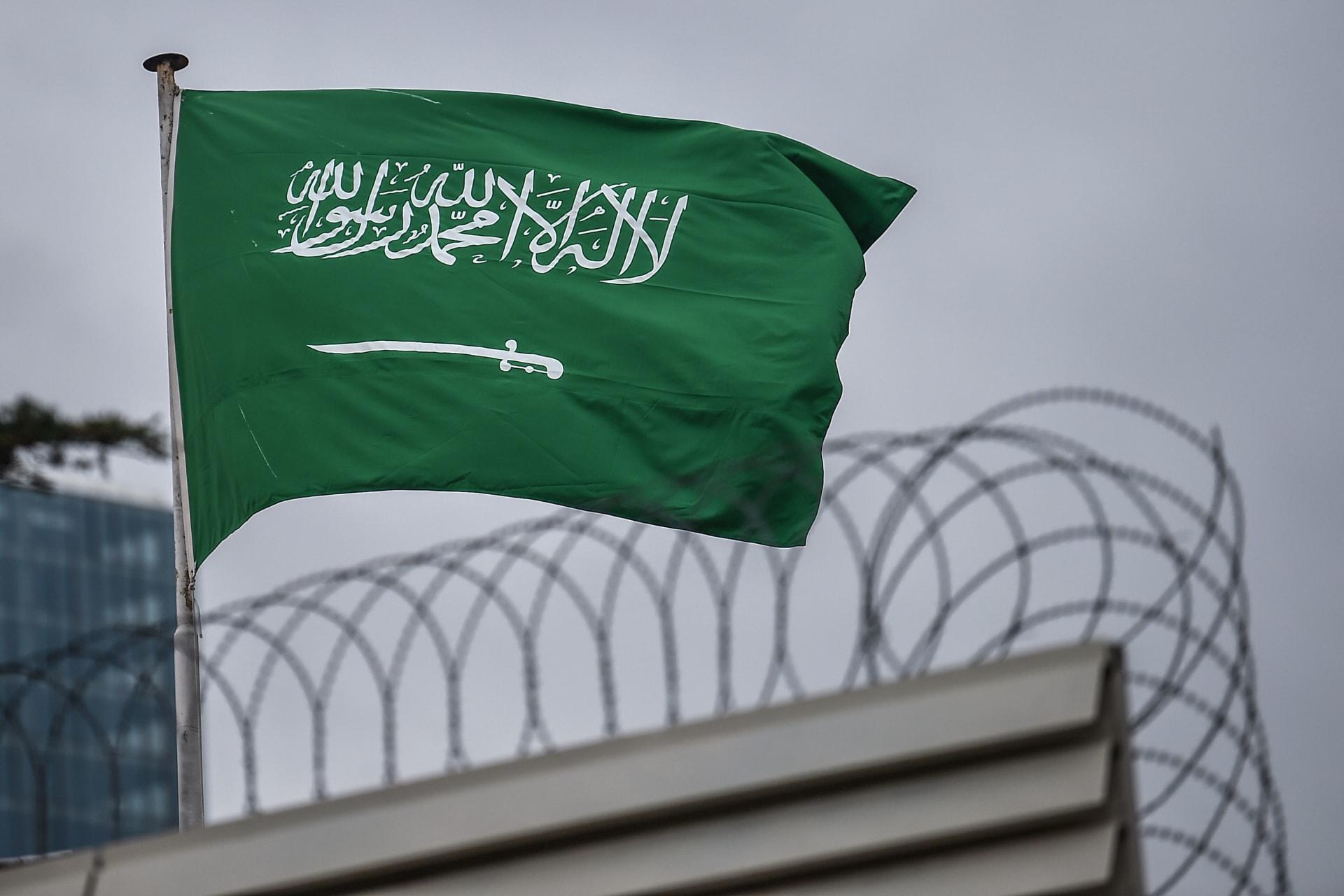صورة للعلم السعودي فوق القنصلية السعودية في إسطنبول