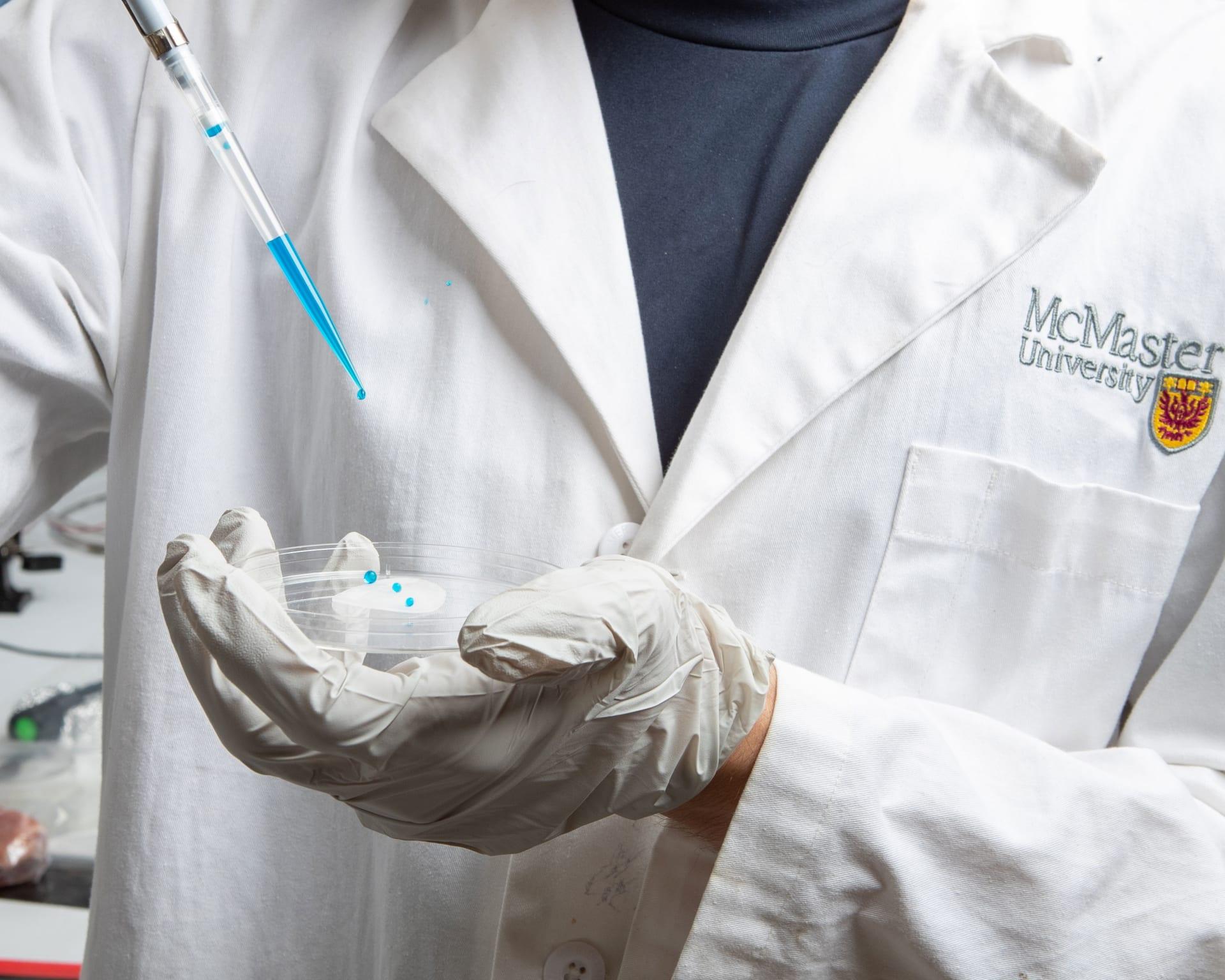 باحثون يطورون غلافا بلاستيكيا جديدا في جامعة مكماستر يصد كل ما يلمسه بما في ذلك الفيروسات والبكتيريا