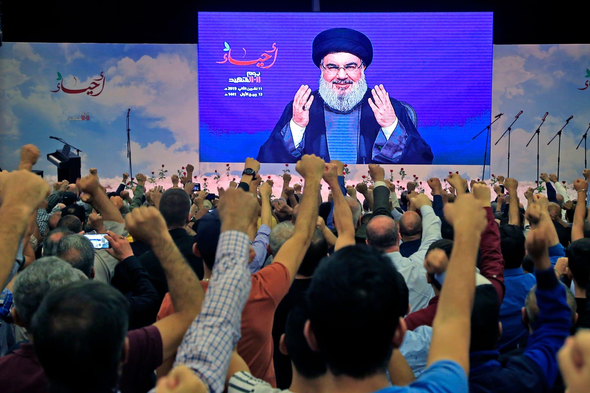 العشرات من أنصار حزب الله اللبناني خلال أحد خطابات الأمين العام للحزب حسن نصر الله