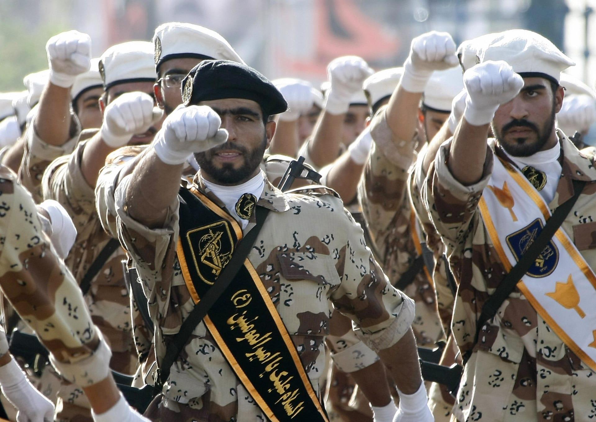 عسكريون إيرانيون خلال عرض بطهران