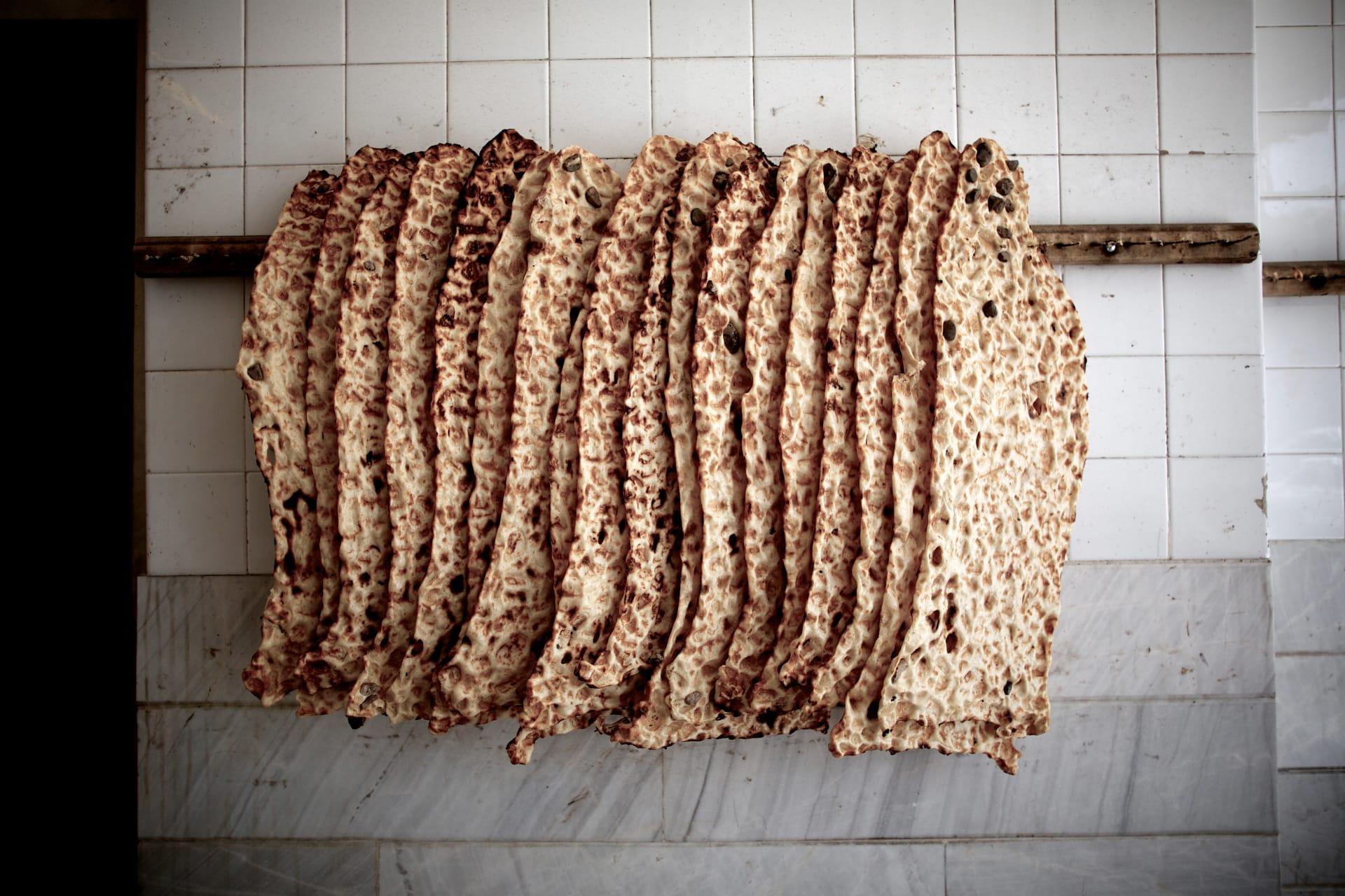 رغائف خبز معلقة في مخبز بإيران