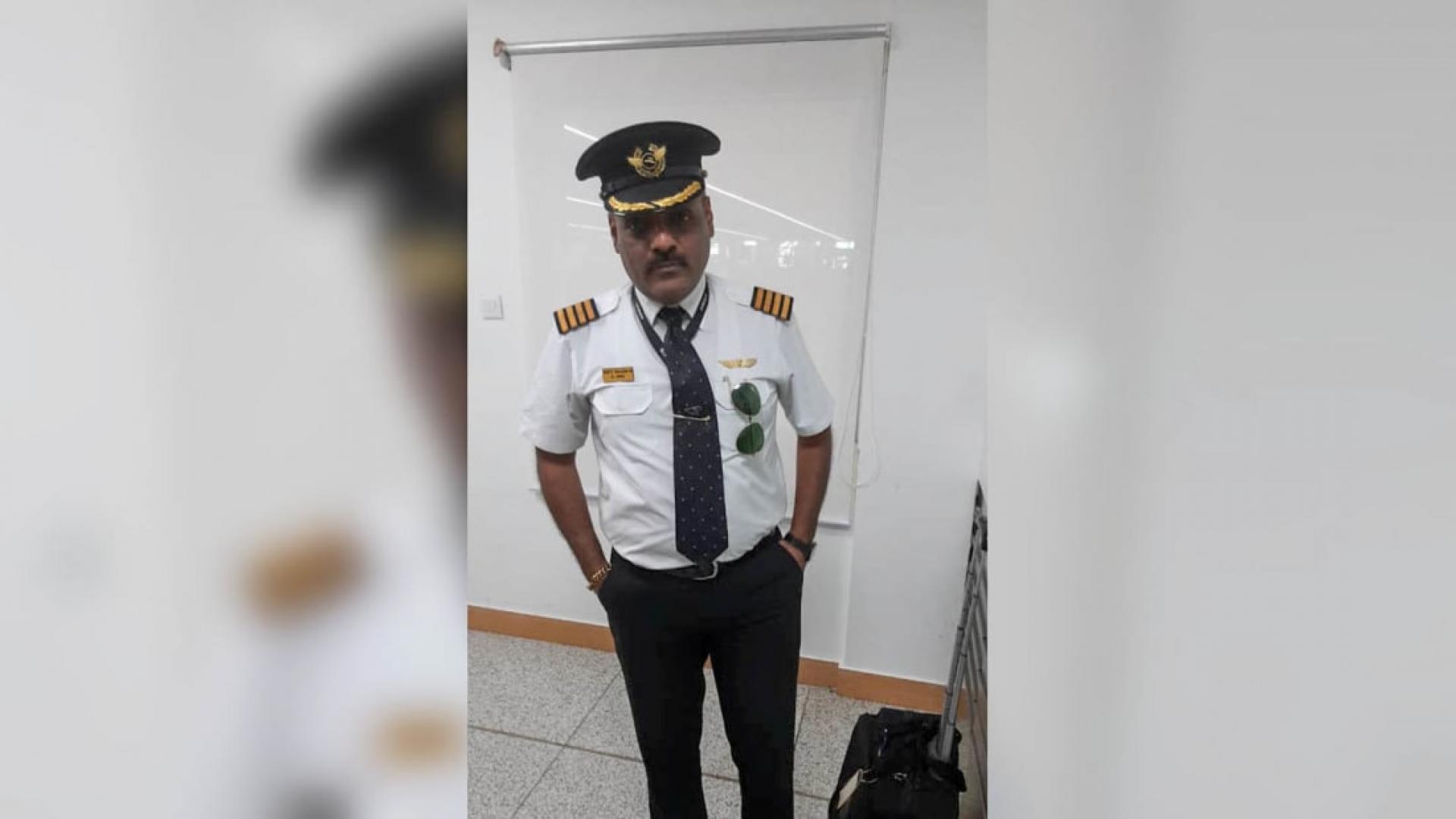 مسافر يتنكر بزي قائد الطائرة
