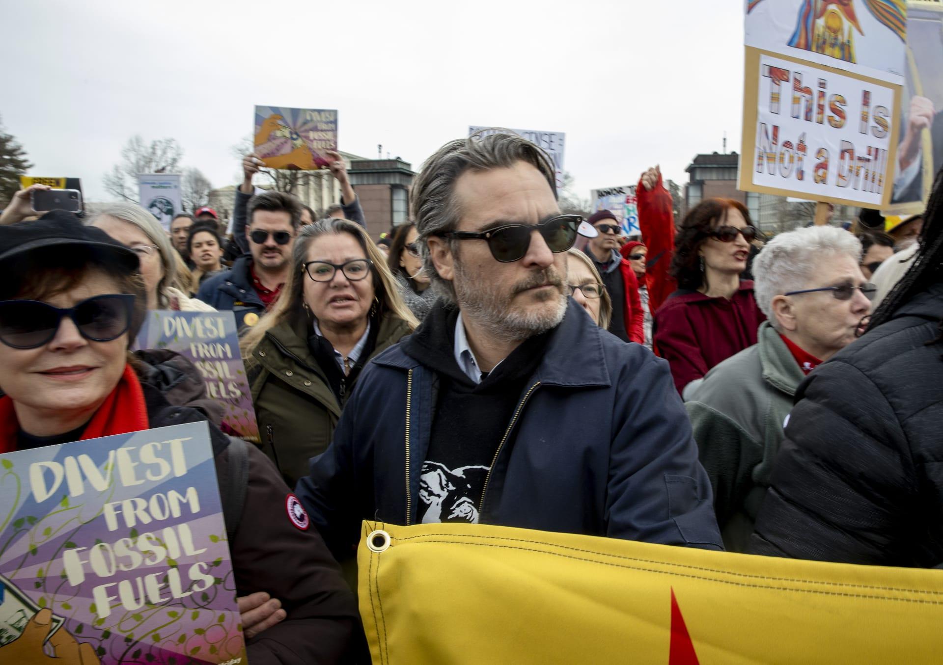 اعتقال خواكين فينيكس بطل فيلم الجوكر في احتجاجات تغير المناخ بواشنطن