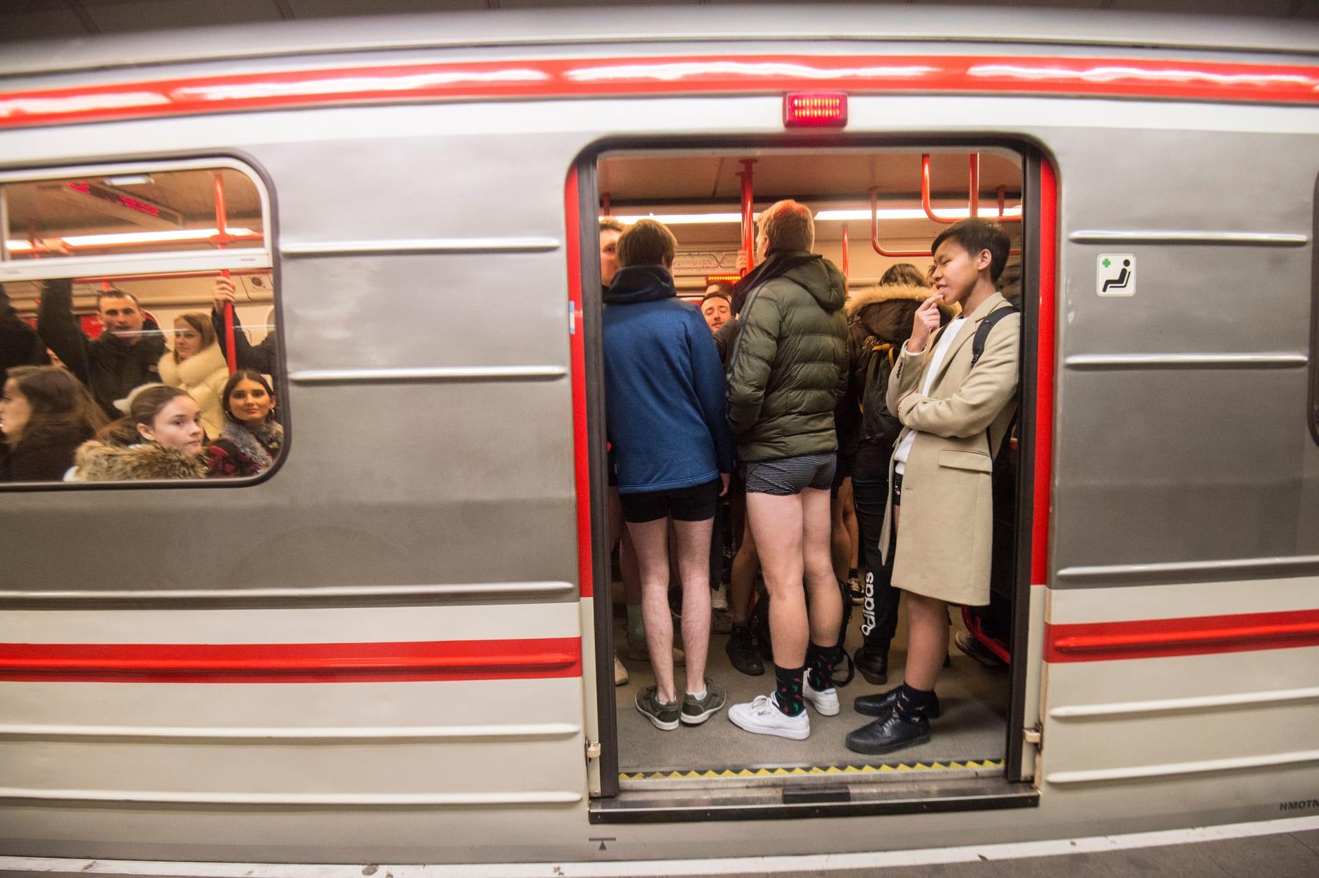 ركاب بلا سراويل في مترو الأنفاق في مدينة براغ