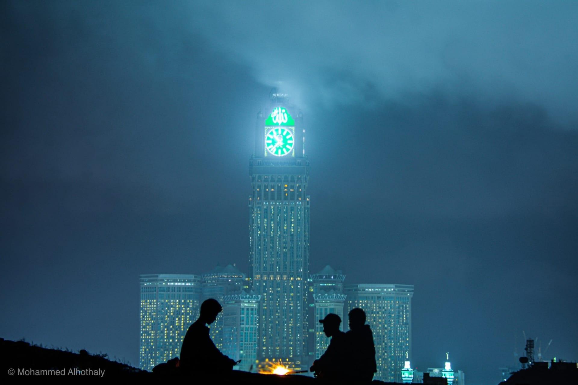 في مشهد حالم بالسعودية.. الضباب يعانق برج الساعة في مكة