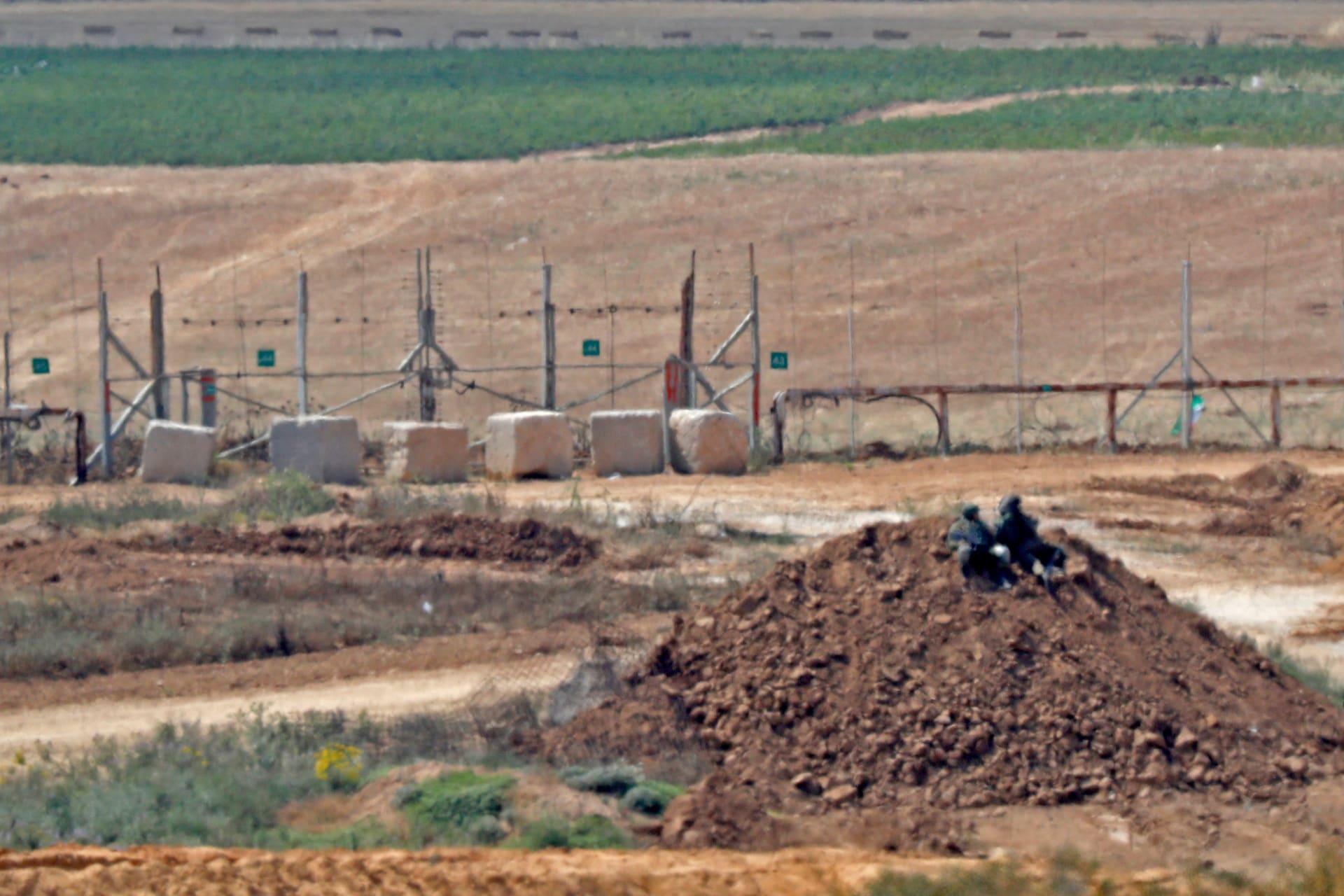 الجيش الإسرائيلي يطلق النار على 3 فلسطينيين بعد عبورهم السياج الأمني من غزة