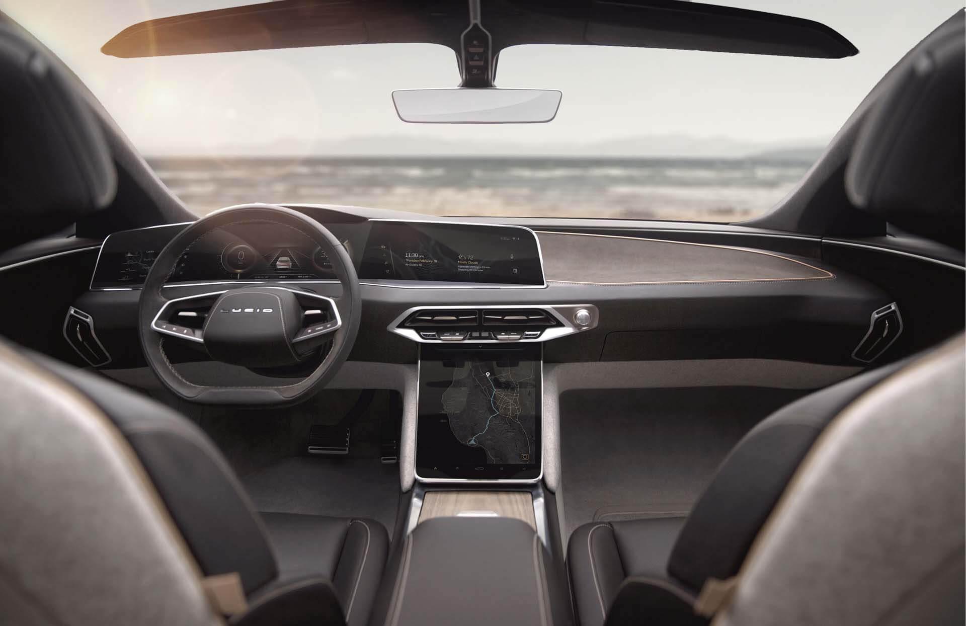 تستخدم السيارة أجهزة استشعار للقيادة الذاتية.