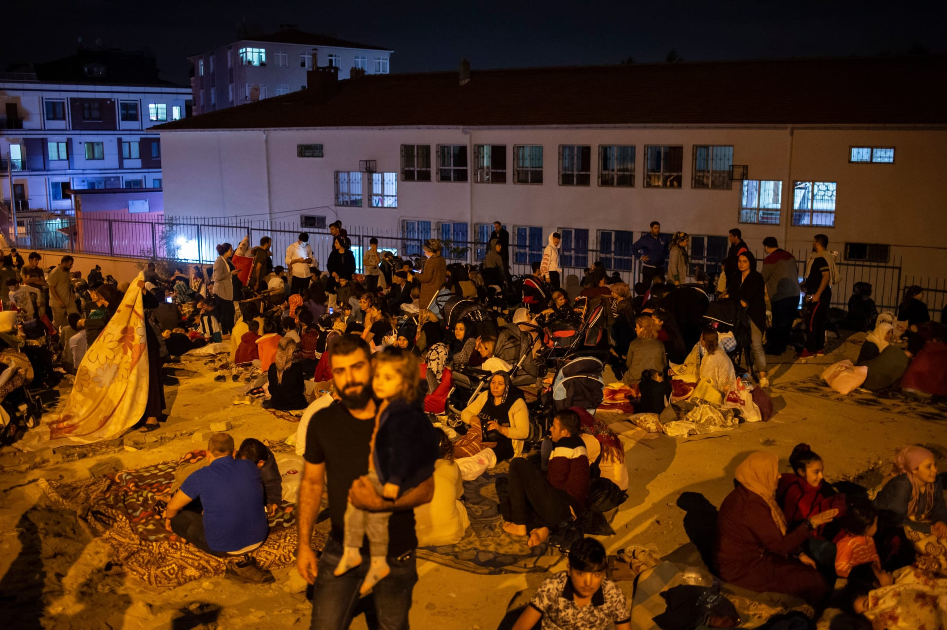 زلزال يضرب تركيا بقوة 6.7 ريختر.. وأتراك يتداولون مقاطع فيديو للحظات الأولى