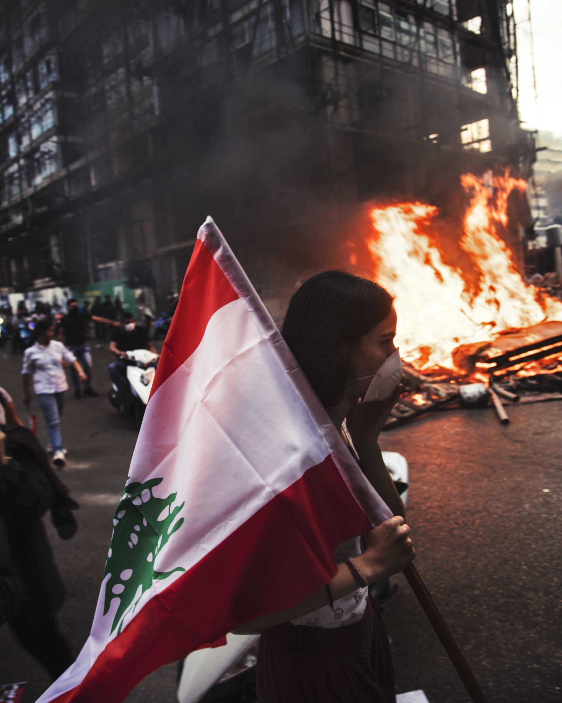 """رمز لـ""""لبنان الجديدة"""".. مصور يوفر نظرة أقرب على النساء في مظاهرات لبنان"""