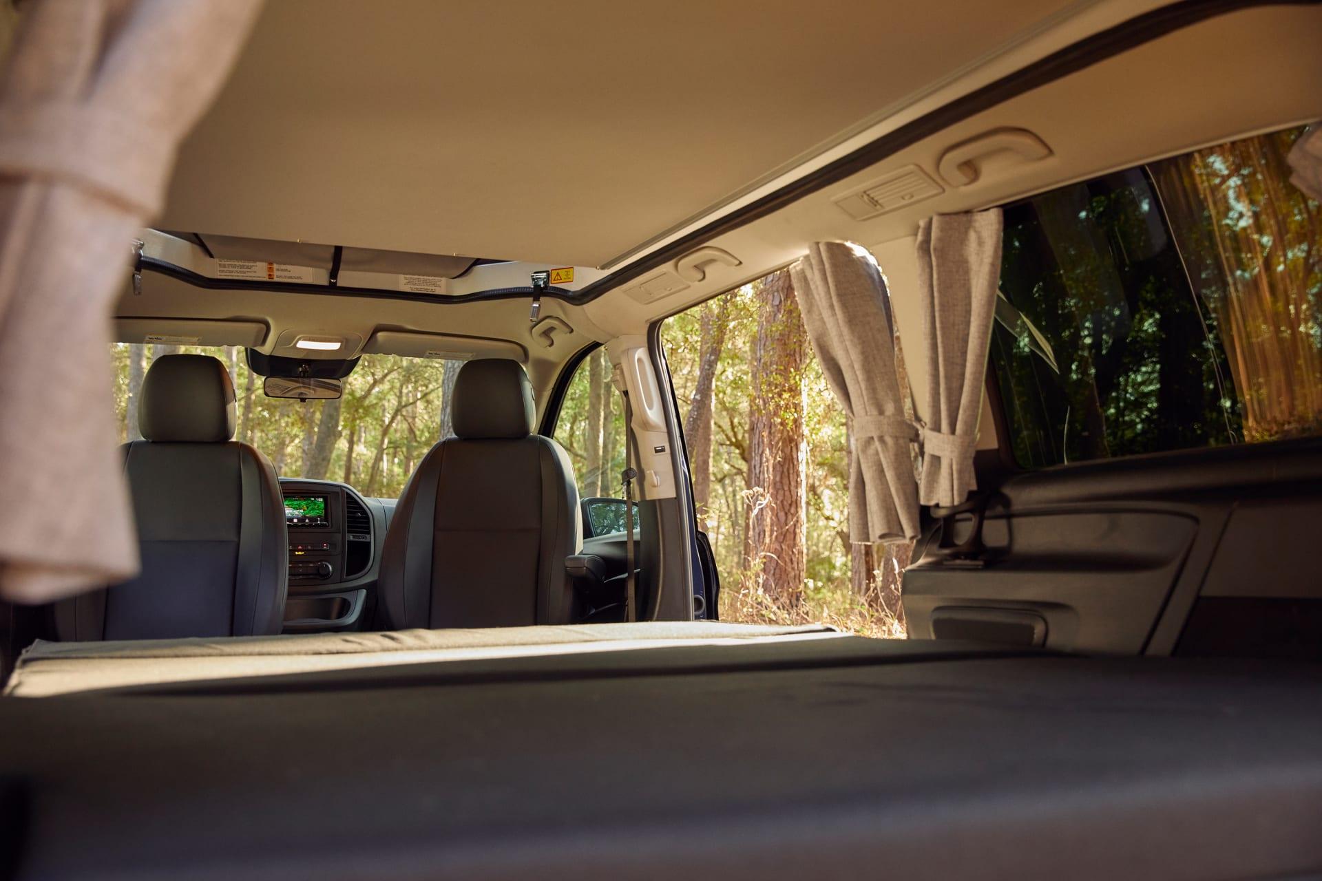 """يمكن طي مقاعد سيارة """"ويكندر"""" الخلفية لتتسع لنوم شخصين."""