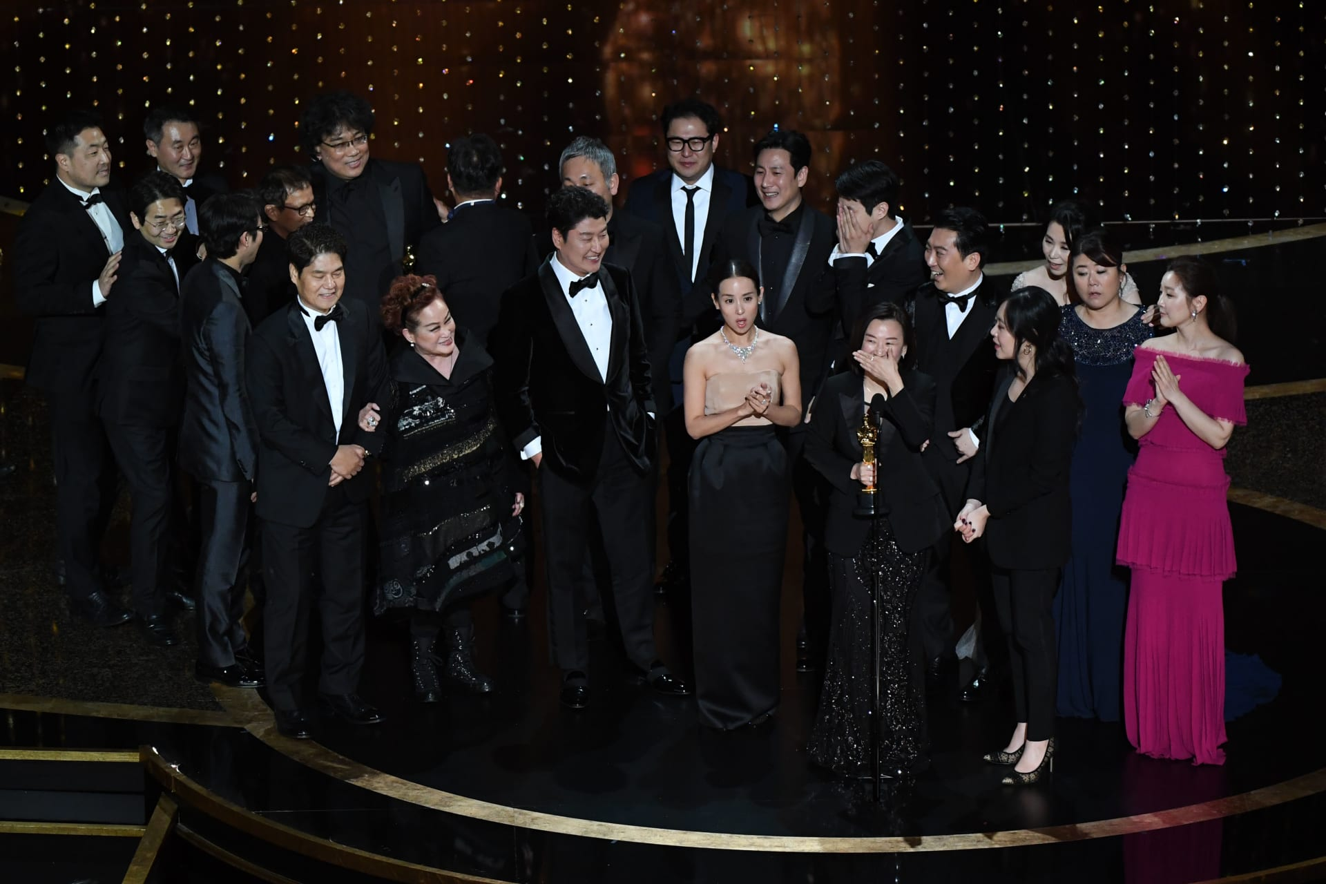 """""""باراسايت"""" يفوز بجائزة الأوسكار كأفضل فيلم للمرة الأولى في التاريخ لفيلم غير ناطق بالإنجليزية"""