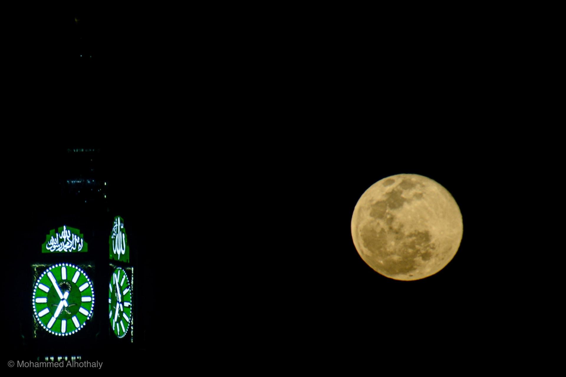 القمر الثلجي يزين سماء السعودية ومصور يوثق هذه الظاهرة الفلكية