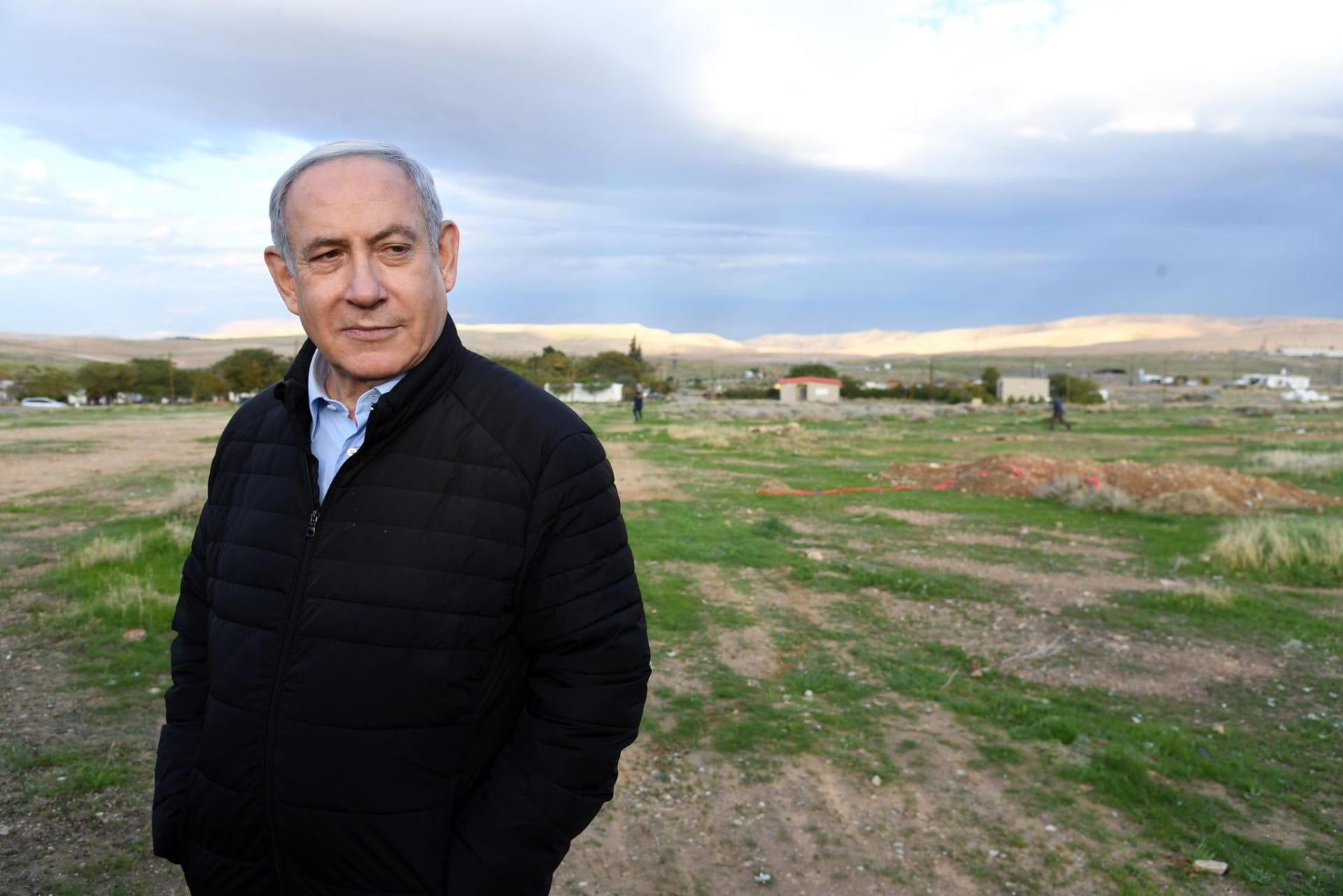 """نتنياهو يزرع شجرة في وادي الأردن قبيل """"إعلان غير مسبوق"""" بضمه للسيادة الإسرائيلية"""