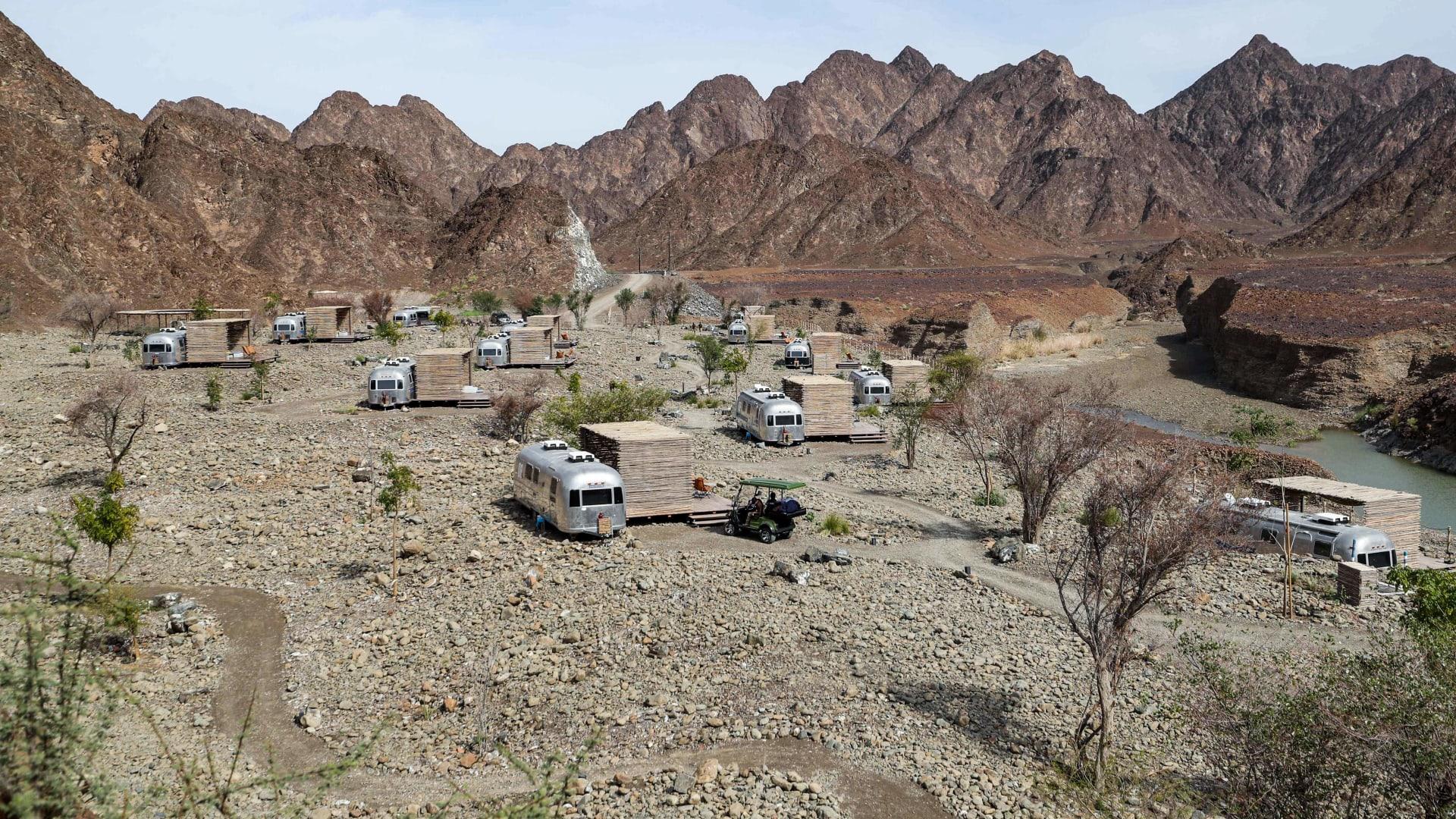 قافلات سياحية للتخييم بمنطقة حتا الجبلية