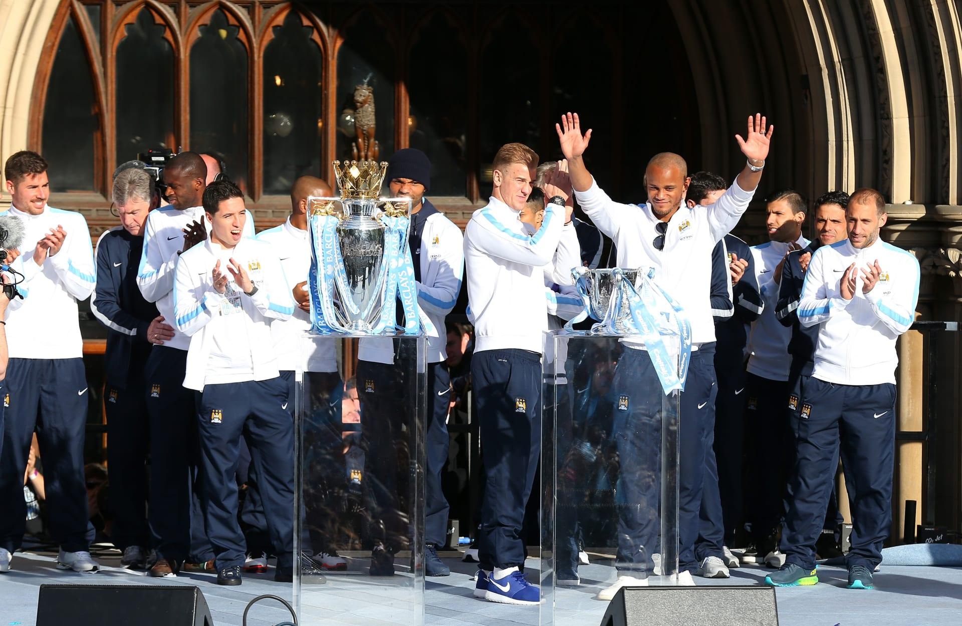 لاعبو فريق نادي مانشيستر سيتي يحتفلون بالفوز بدرع الدوري الإنجليزي الممتاز