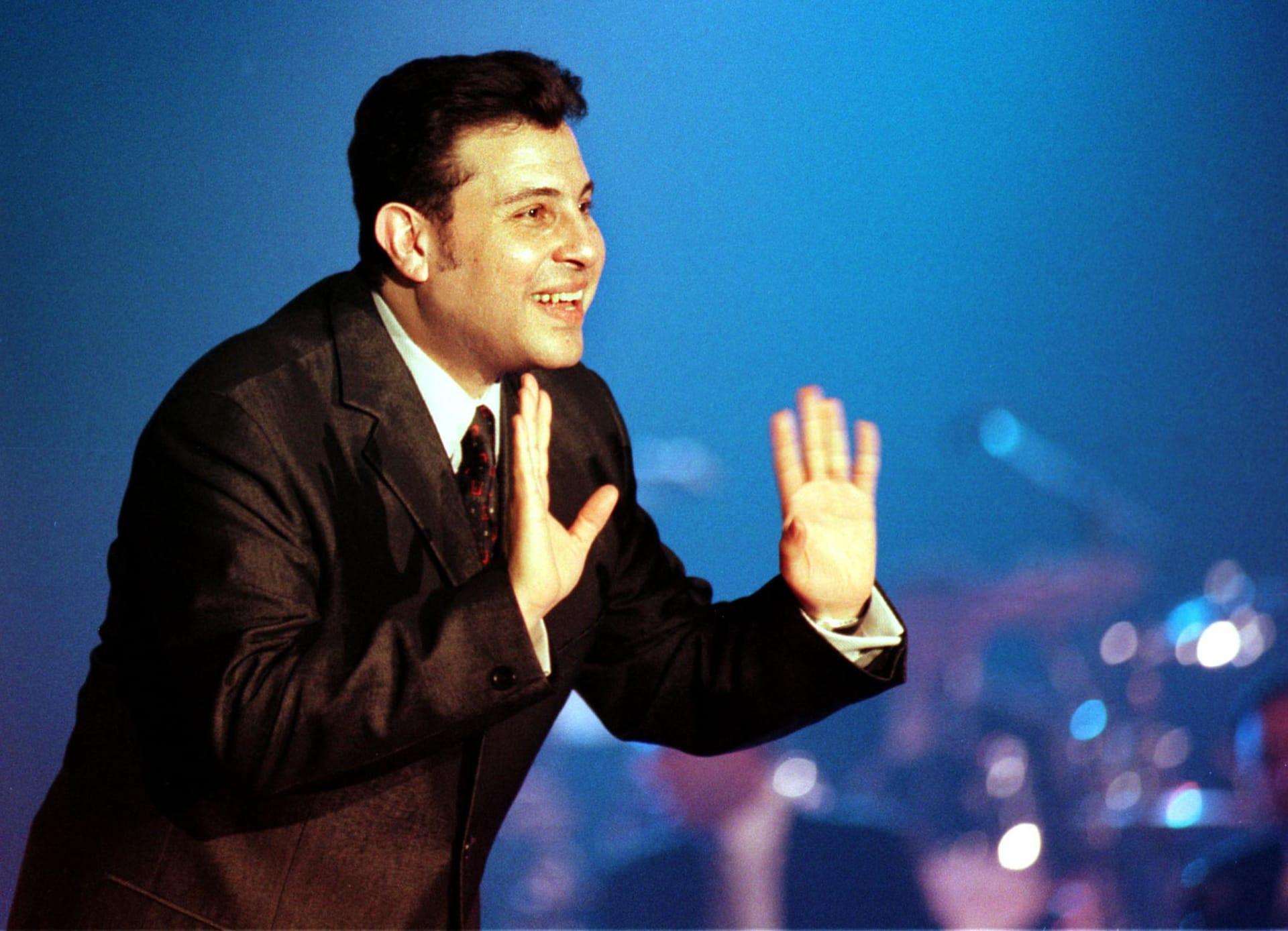 المطرب المصري هاني شاكر يغني في مركز التجارة العالمي بدبي في 21 مارس 2001