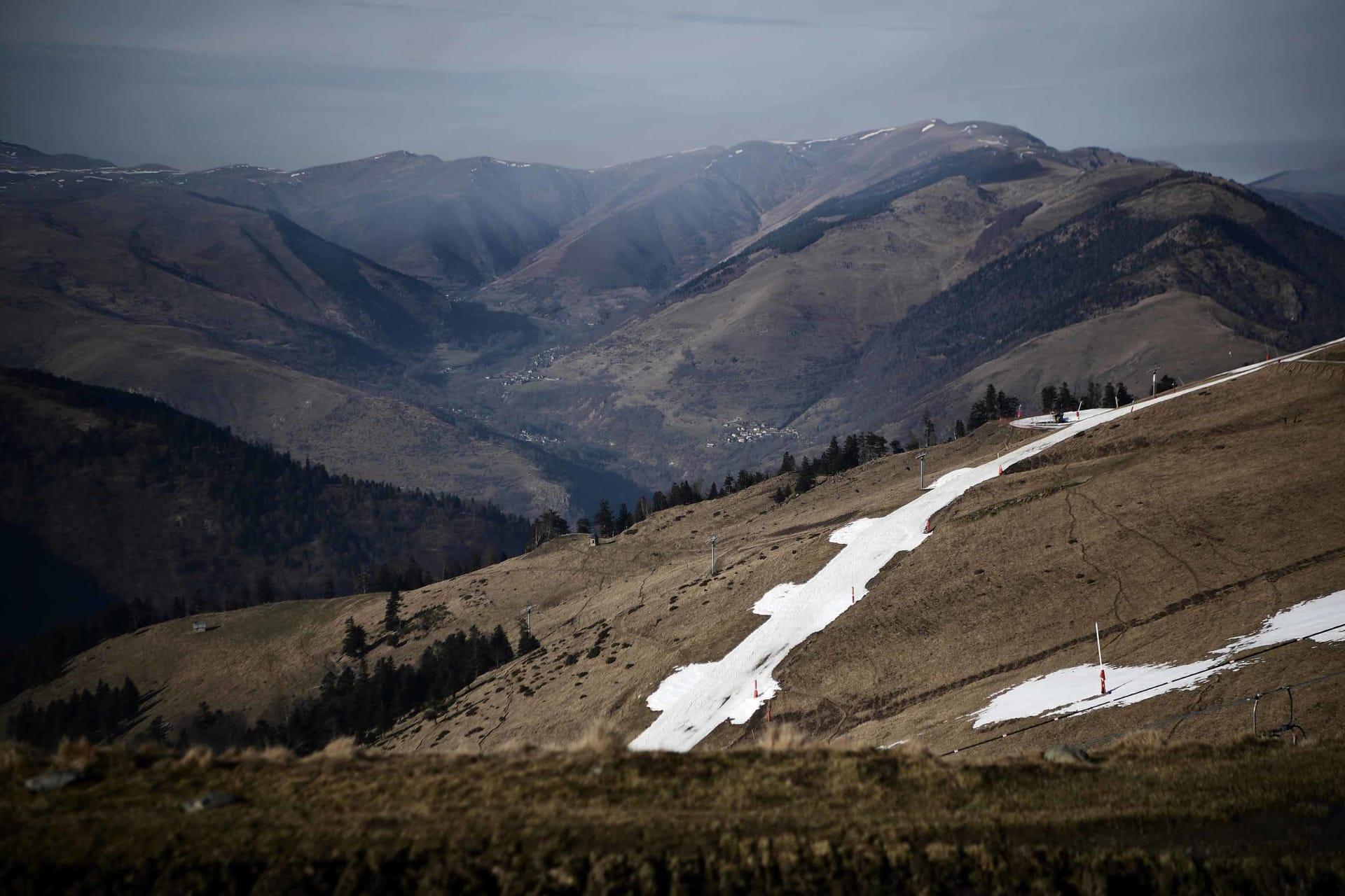 منتجع تزلج فرنسي ينقل الثلوج بطائرة الهليكوبتر بسبب التغير المناخي