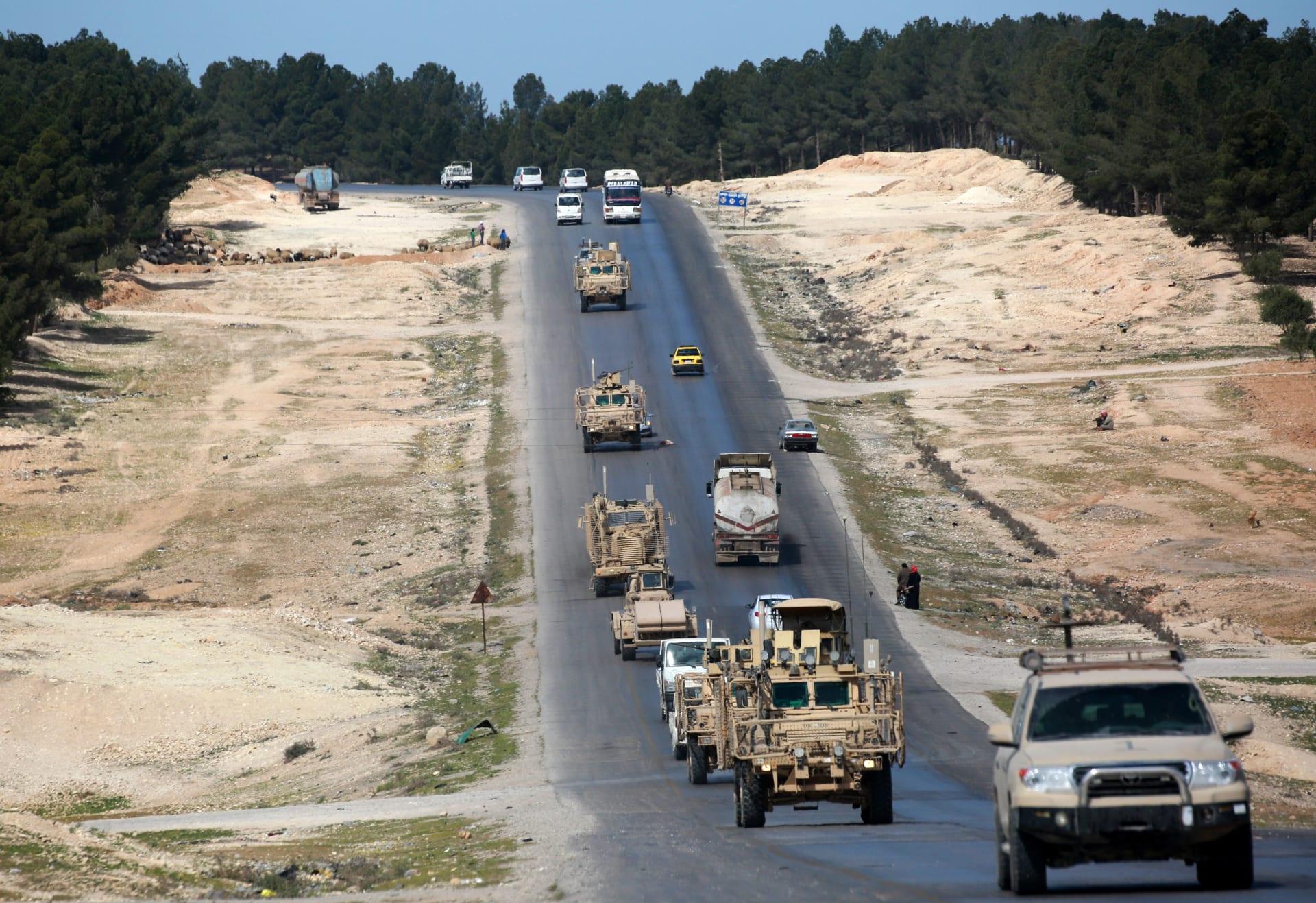 مركبات وآليات عسكرية أمريكية في أحد الطرق بالقرب من منبج في شمال سوريا