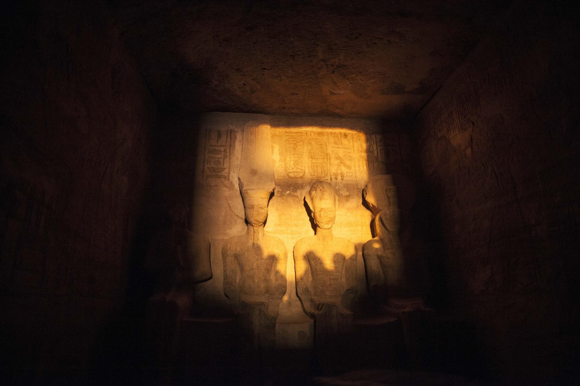 ظاهرة استمرت لقرون.. الشمس تتعامد على وجه الملك رمسيس بمعبد أبو سمبل