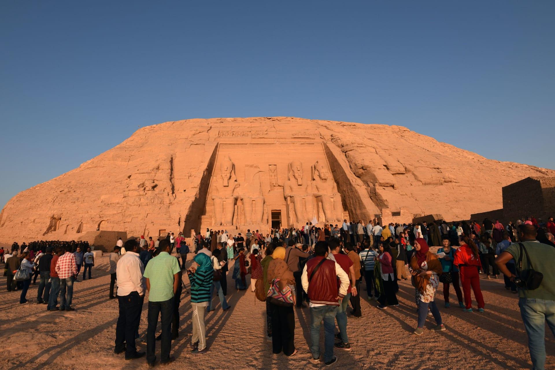 تحدث مرتين بالعام.. الشمس تتعامد على وجه الملك رمسيس بمعبد أبو سمبل